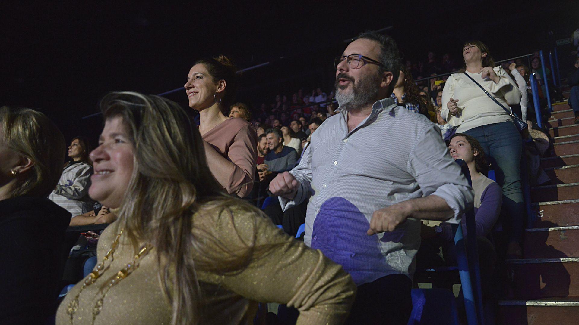 El conductor GerardoRozín bailó las canciones clásicasal igual que el resto del público