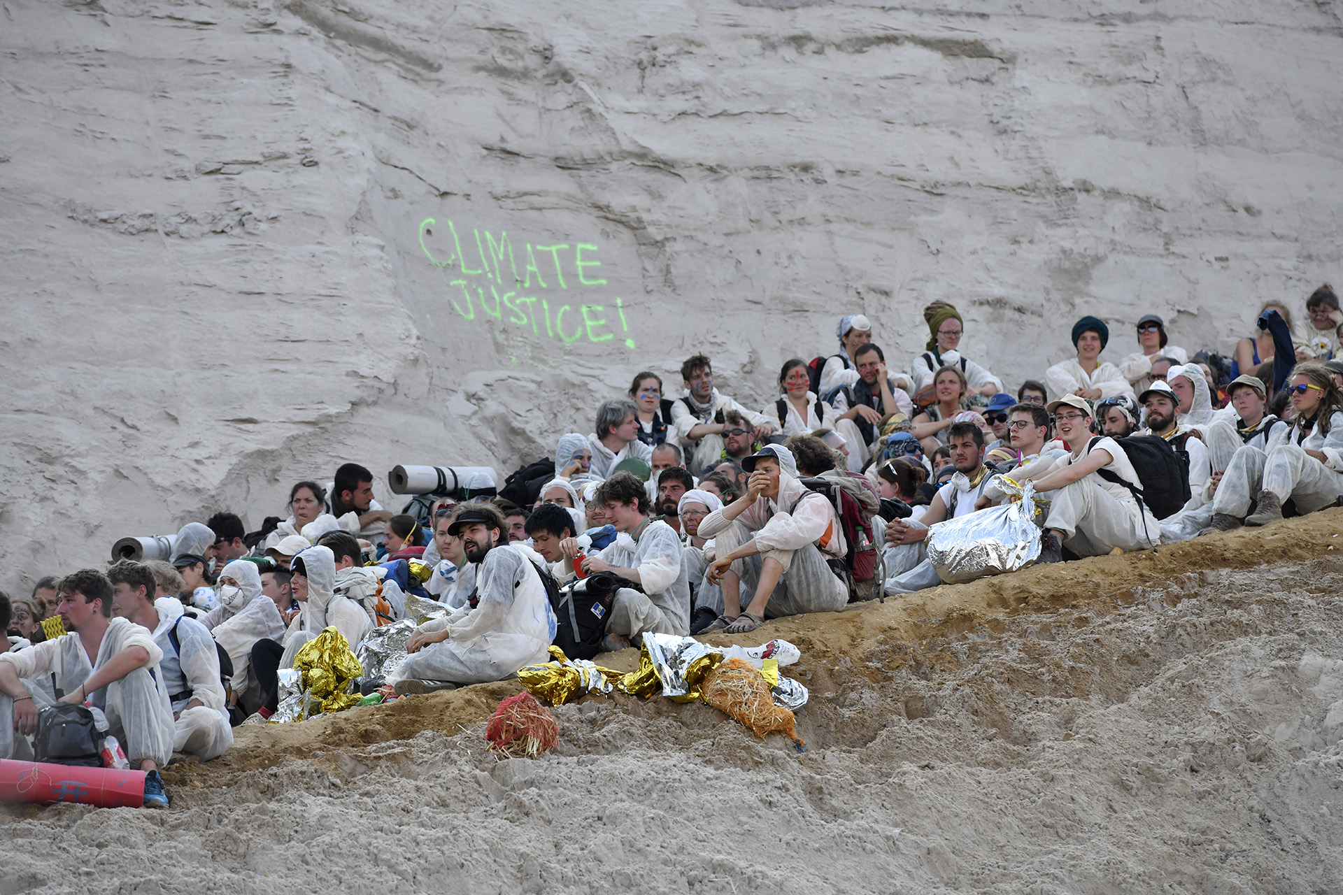 Activistas en una sentada pacífica alrededor de la mina de carbón