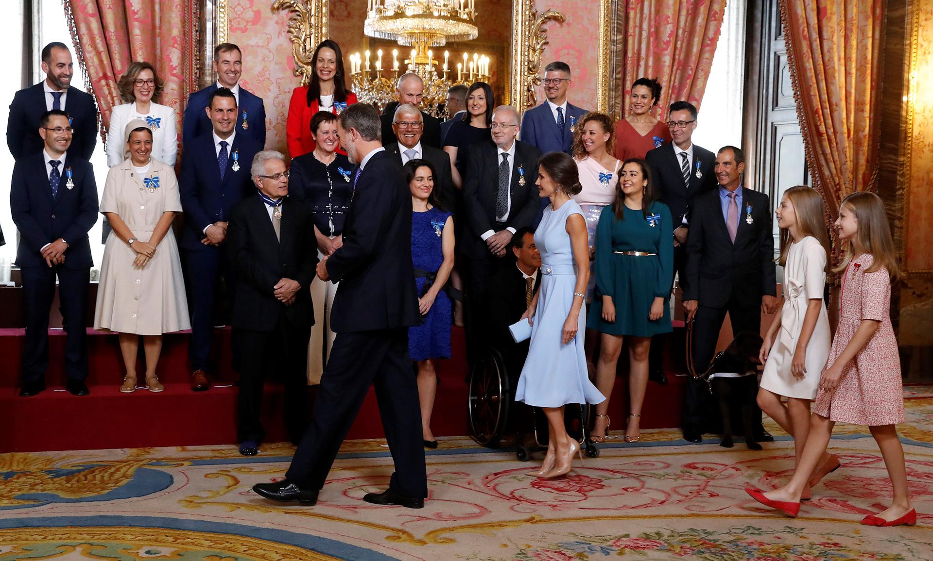 Antes de que el rey pronuncie un discurso, se impusieron las condecoraciones a los 41 elegidos procedentes de las diecisiete comunidades, así como de las ciudades autónomas de Ceuta y Melilla