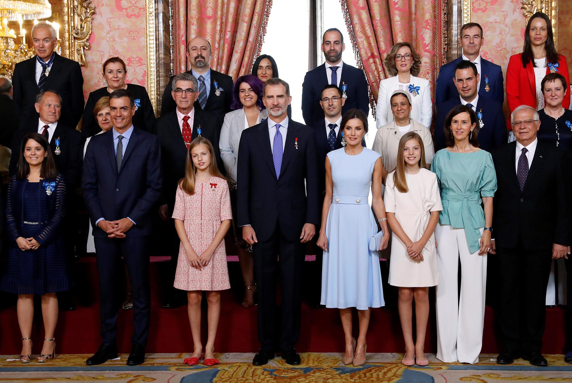 Felipe VI, junto a la reina Letizia, la princesa Leonor y la infanta Sofía y el presidente del Gobierno en funciones, Pedro Sánchez, durante la foto de familia del acto de imposición de condecoraciones a ciudadanos de todas las comunidades autónomas coincidiendo con el quinto aniversario de su reinado, en el Palacio Real