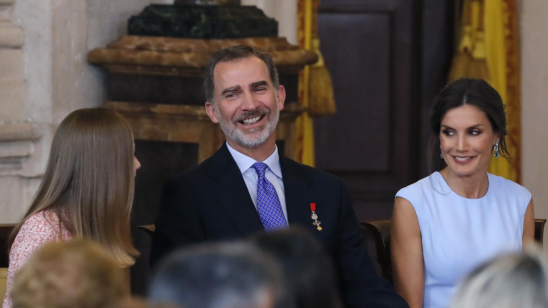 El rey Felipe VI, junto a la reina Letizia y la princesa Leonor, presidió el acto de imposición de condecoraciones a ciudadanos de todas las comunidades autónomas, coincidiendo con la celebración del quinto aniversario de su reinado, en el Palacio Real