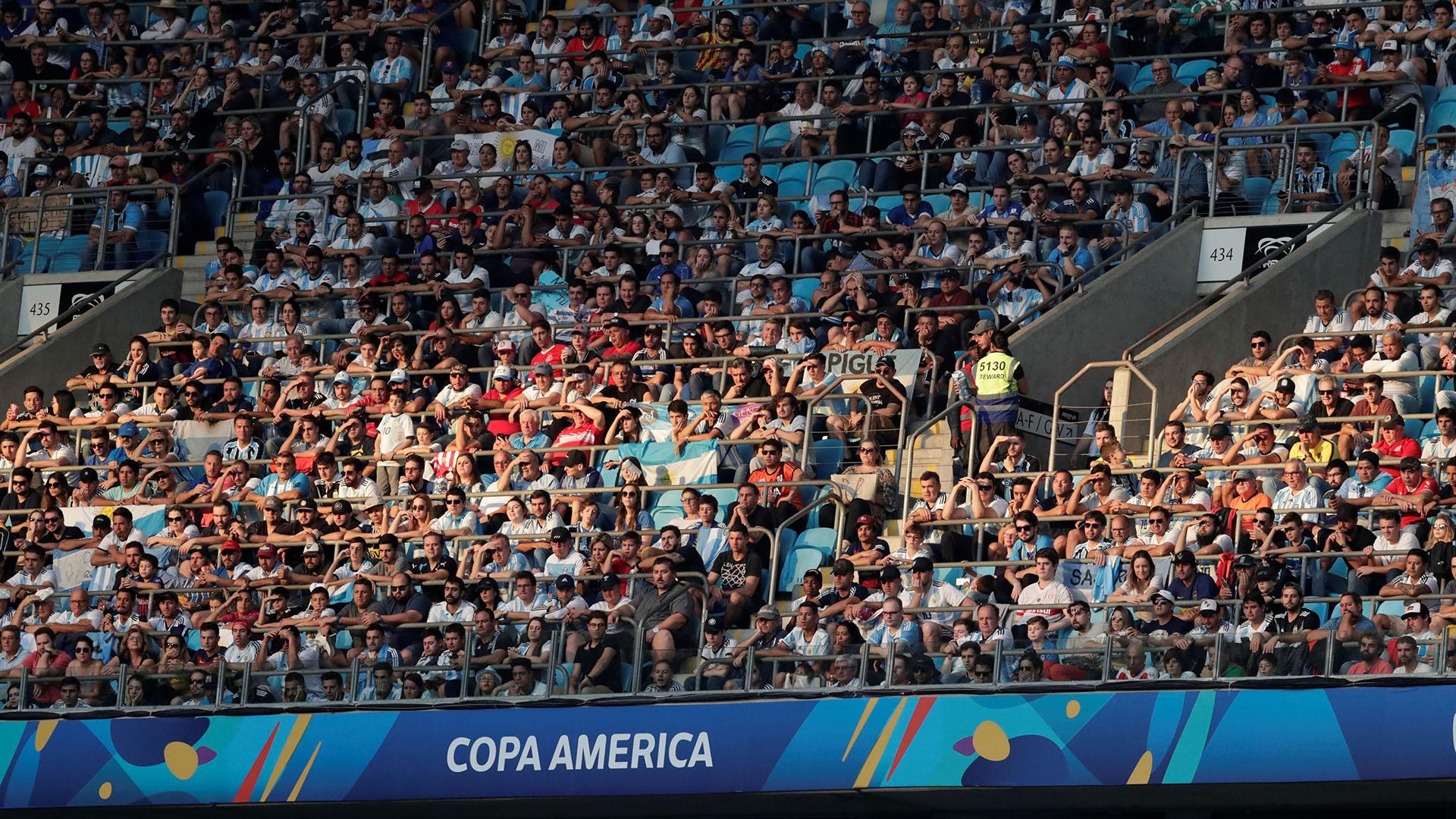 El público argentino aportó su cuota de ánimo desde la tribuna y los cantos se hicieron sentir desde las tribunas del Arena do Gremio