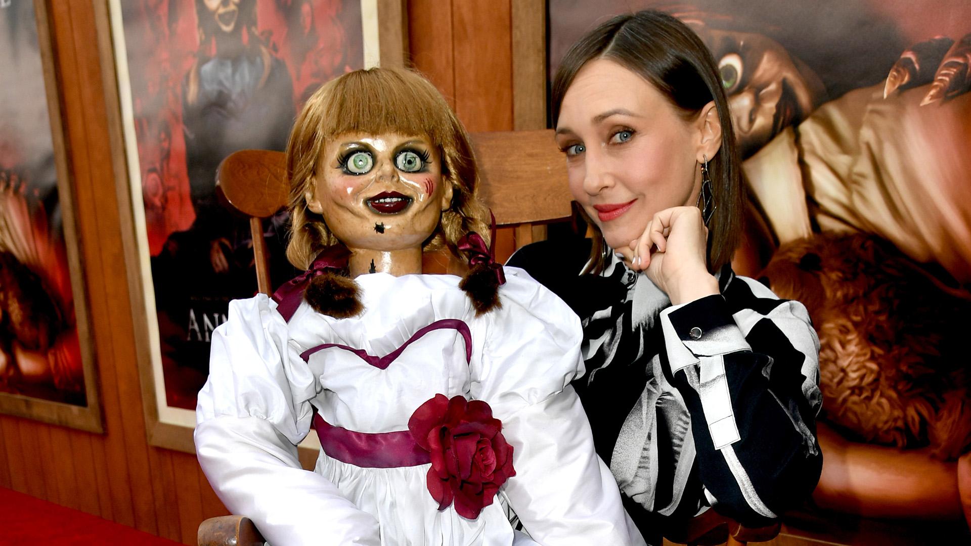 """Vera Farmiga posa junto a la famosa muñeca, a su llegada a la red carpet de la premiere de """"Annabelle vuelve a casa"""", en el Regency Village Theatre en Westwood, California"""