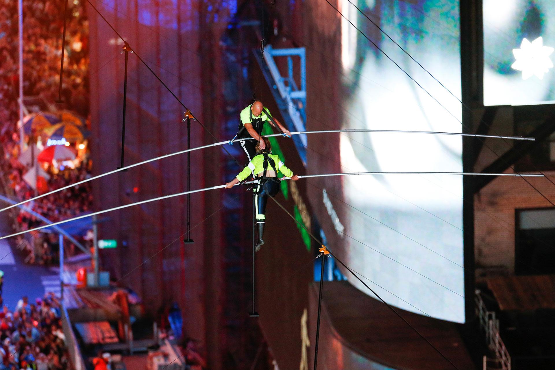 Nik caminó por encima de su hermana cuando se encontraron a mitad de camino en un cable suspendido a 25 pisos de altura en Nueva York.