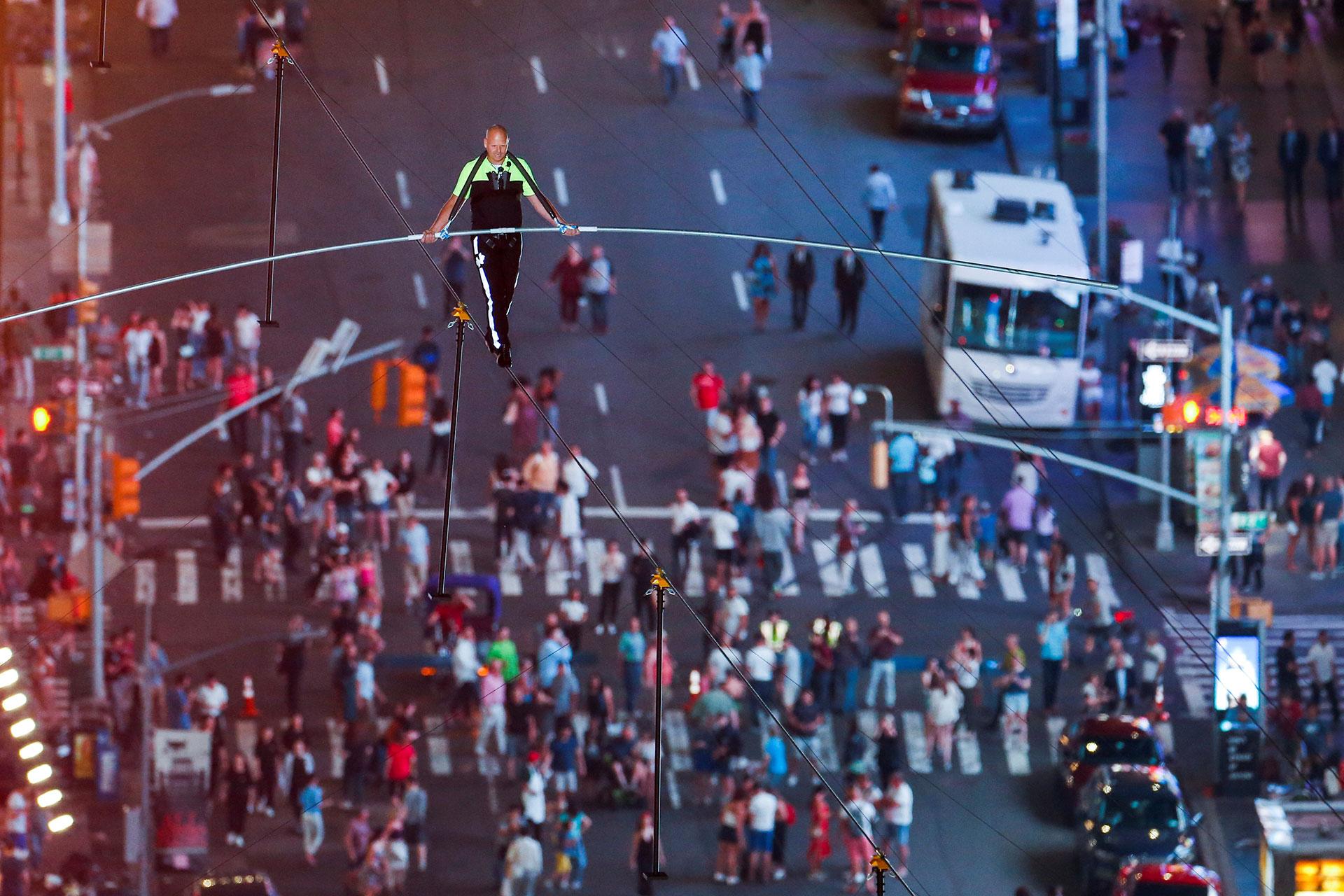 Miles de personas fueron testigos de la increíble proeza de Nik Wallenda y su hermana Lijana sobre Times Square.