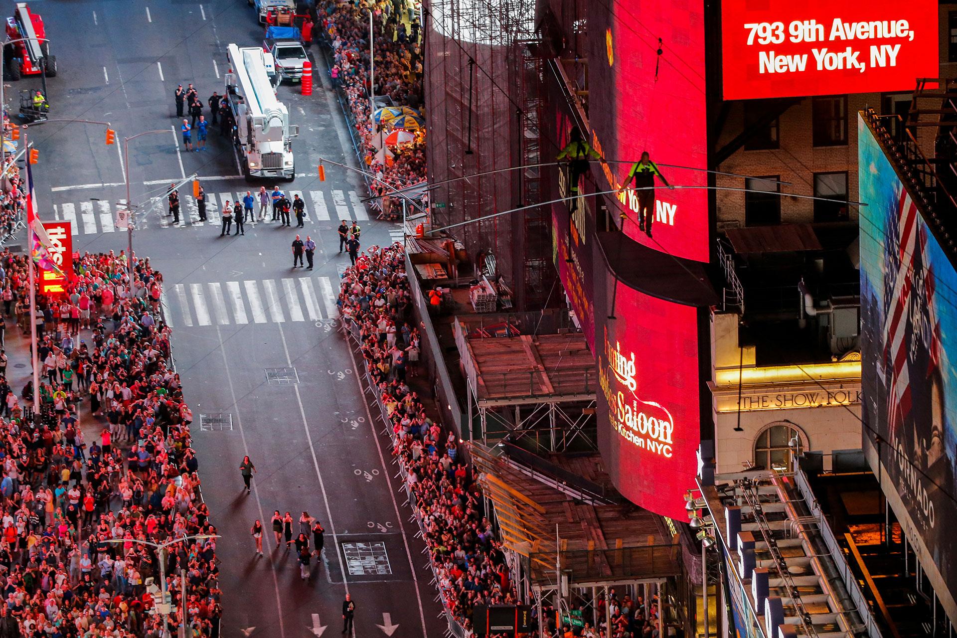 Los hermano Wallenda, Nik y Lijana, cruzaron en direcciones opuestas la cuerda floja de 396 metros suspendida sobre Times Square.