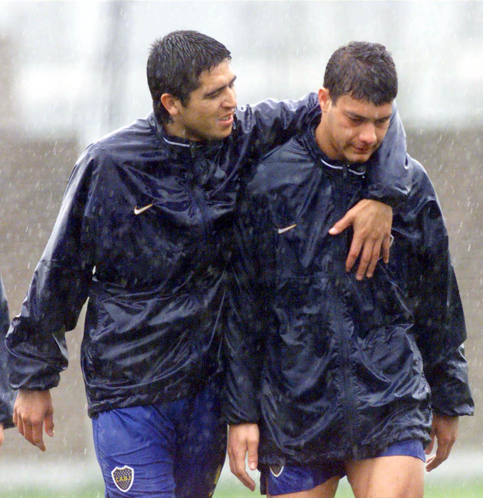 Un abrazo con Sebastián Battaglia bajo la lluvia (NA)