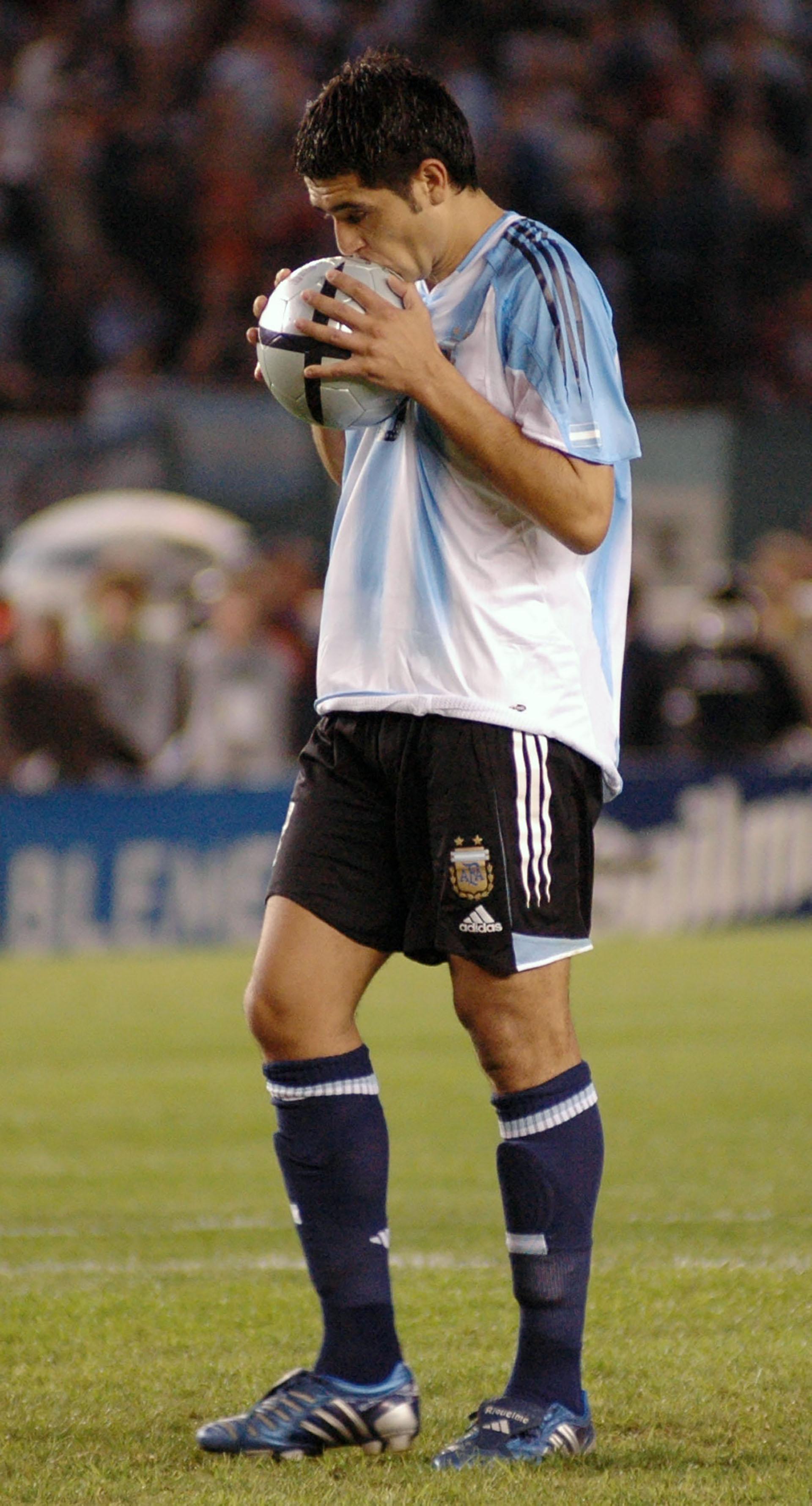 Riquelme besa la pelota antes de patear un penalcon la seleccion argentina(NA)