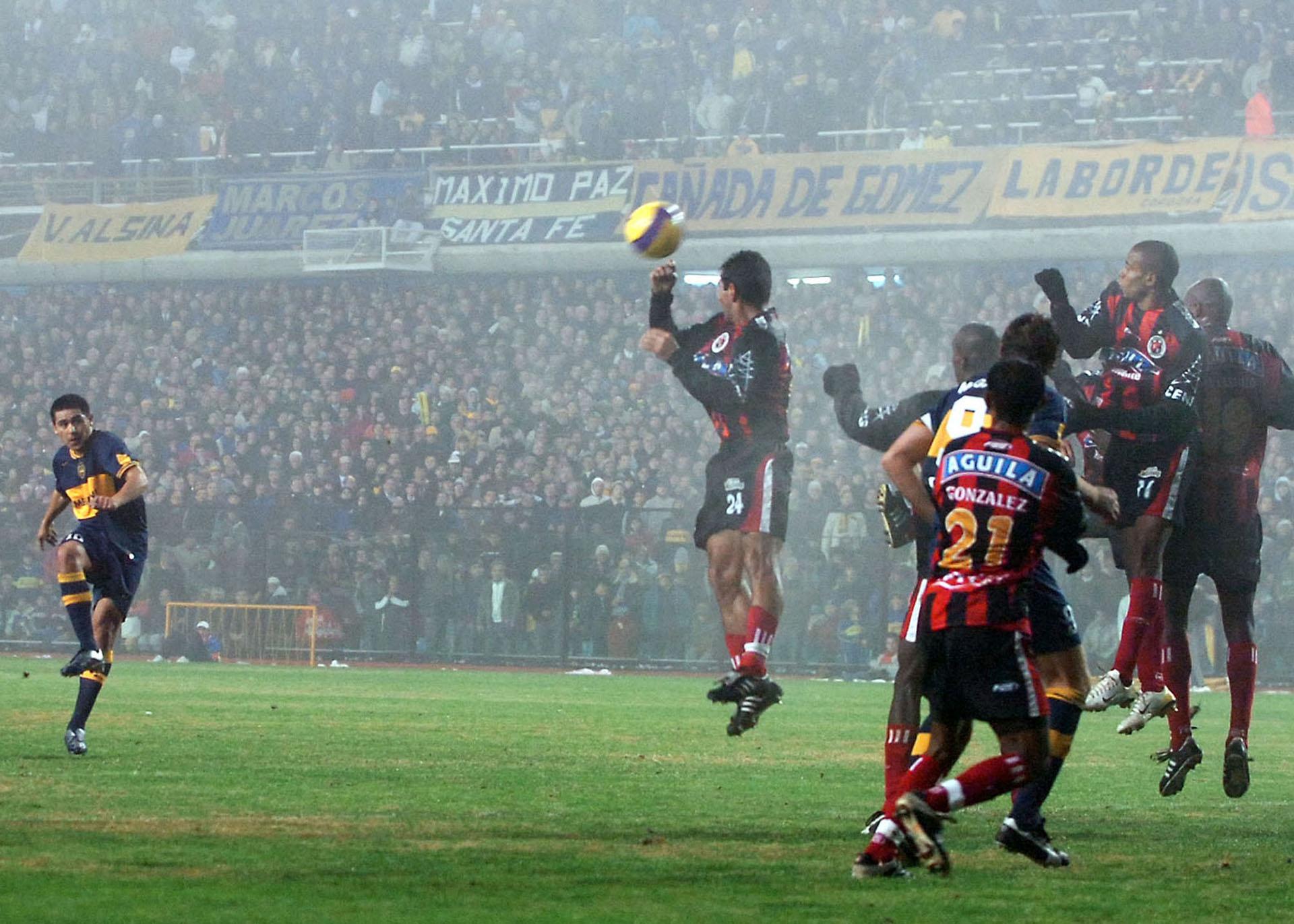 Un gol de tiro libre durante el encuentro en el que Boca vencio por 3 a 0 al Cucuta Deportivo de Colombia en La Bombonera por la Copa Libertadores de America (NA)