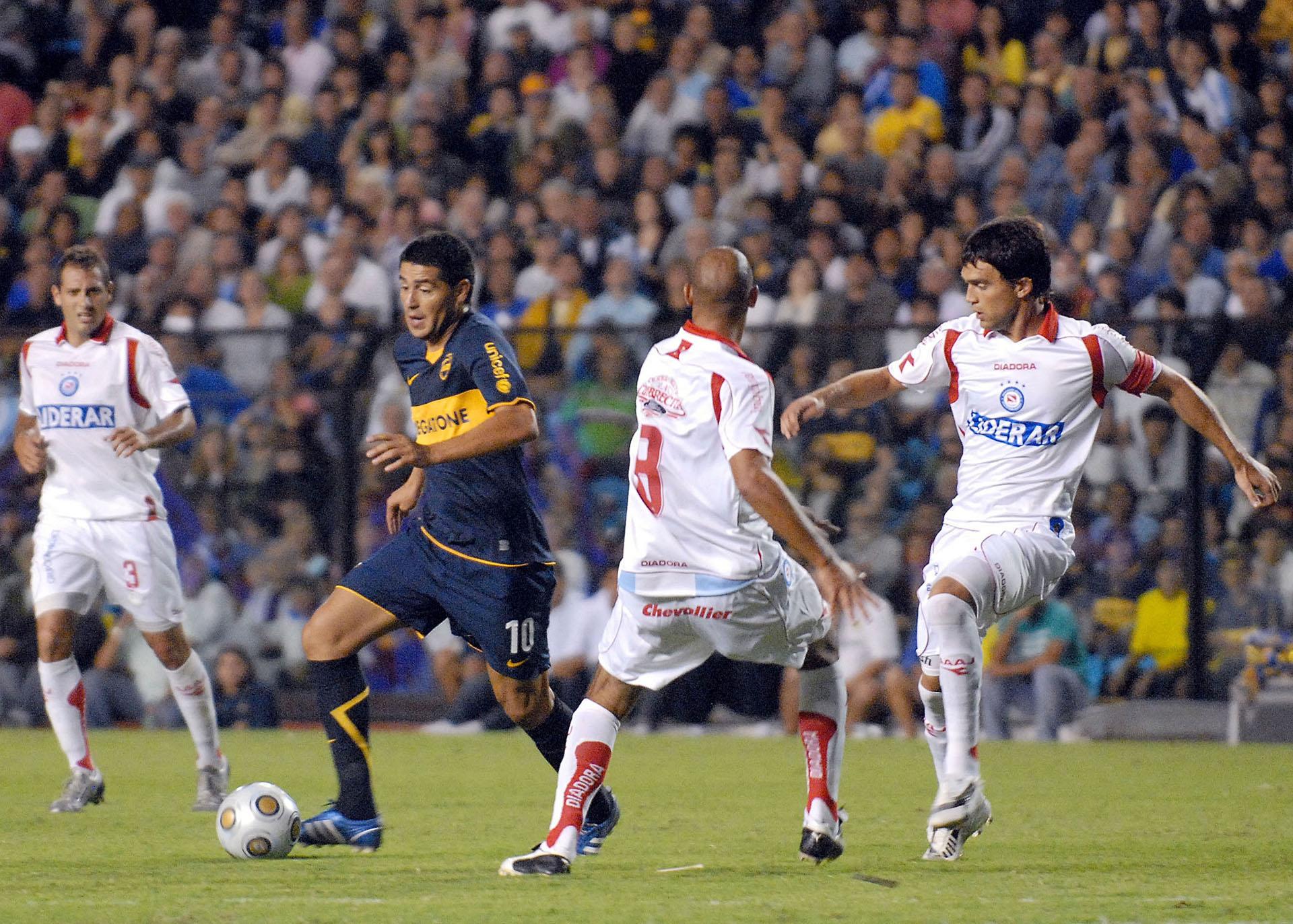 Con la camiseta de Boca le tocó enfrentar se a Argentinos Juniors (NA)