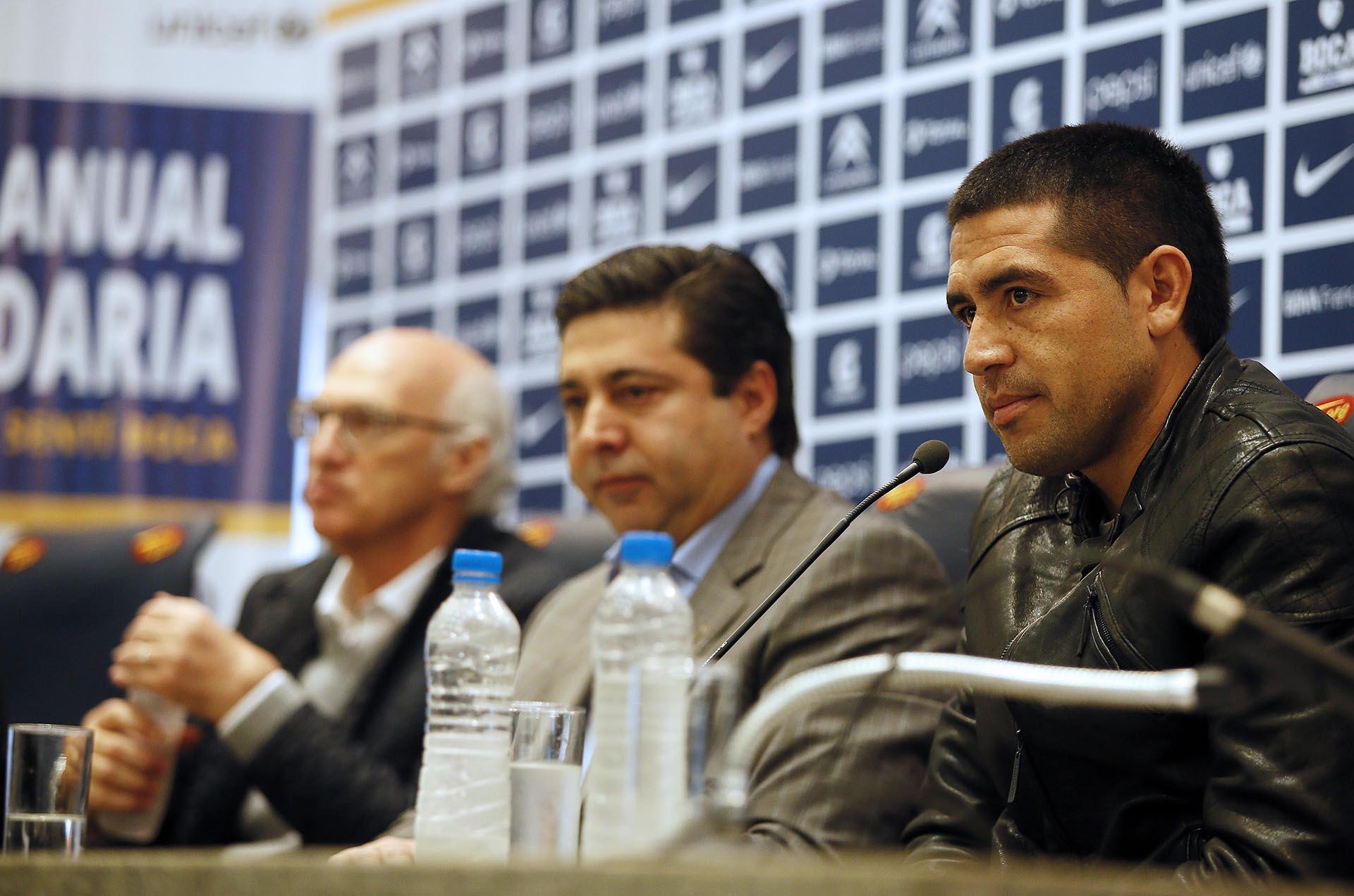 En conferencia de prensa, junto a Daniel Angelici y Carlos Bianchi (NA)