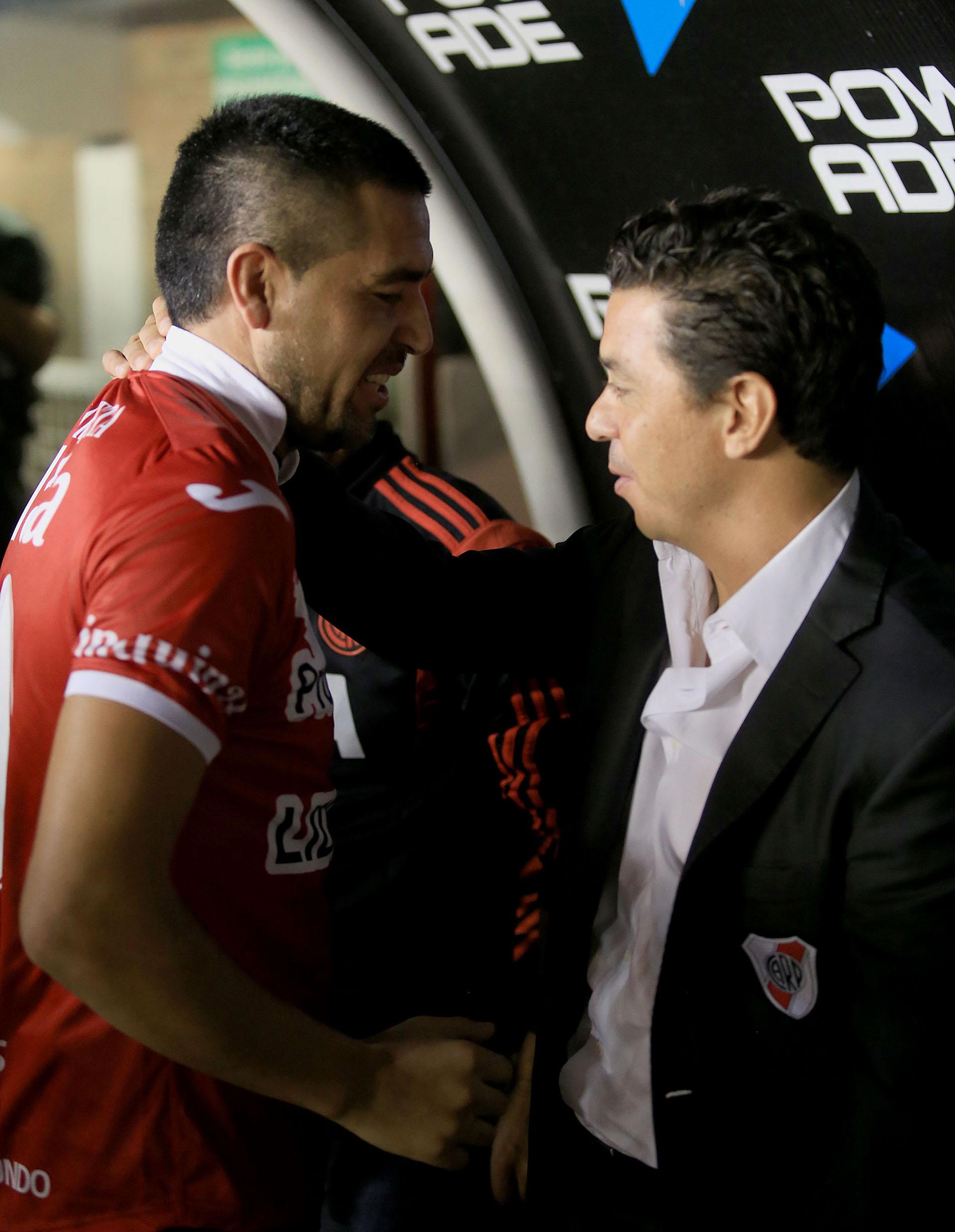 El saludo con Marcelo gallardo en un partido en La Paternal (NA)