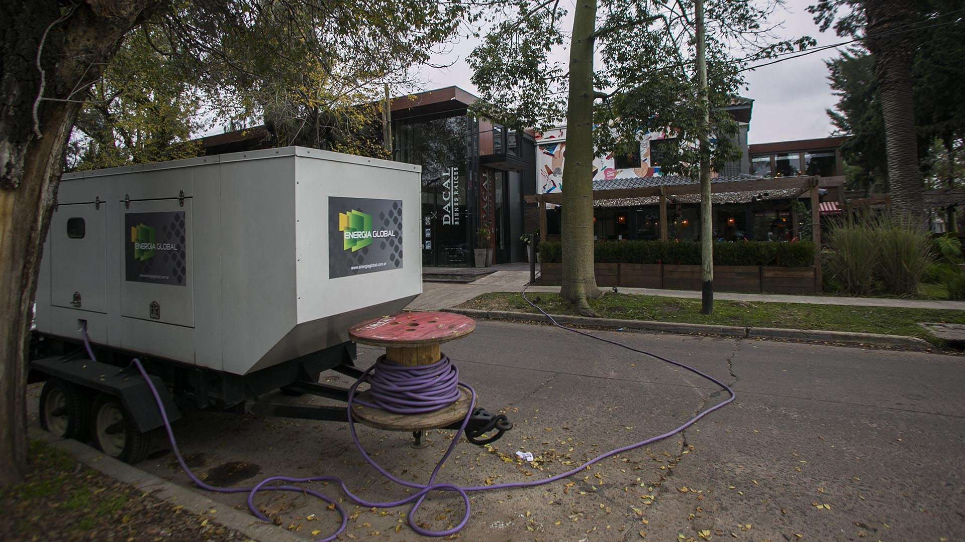 Edelap instaló generadores eléctricos para abastecer de manera provisoria a la mayor cantidad de usuarios posible