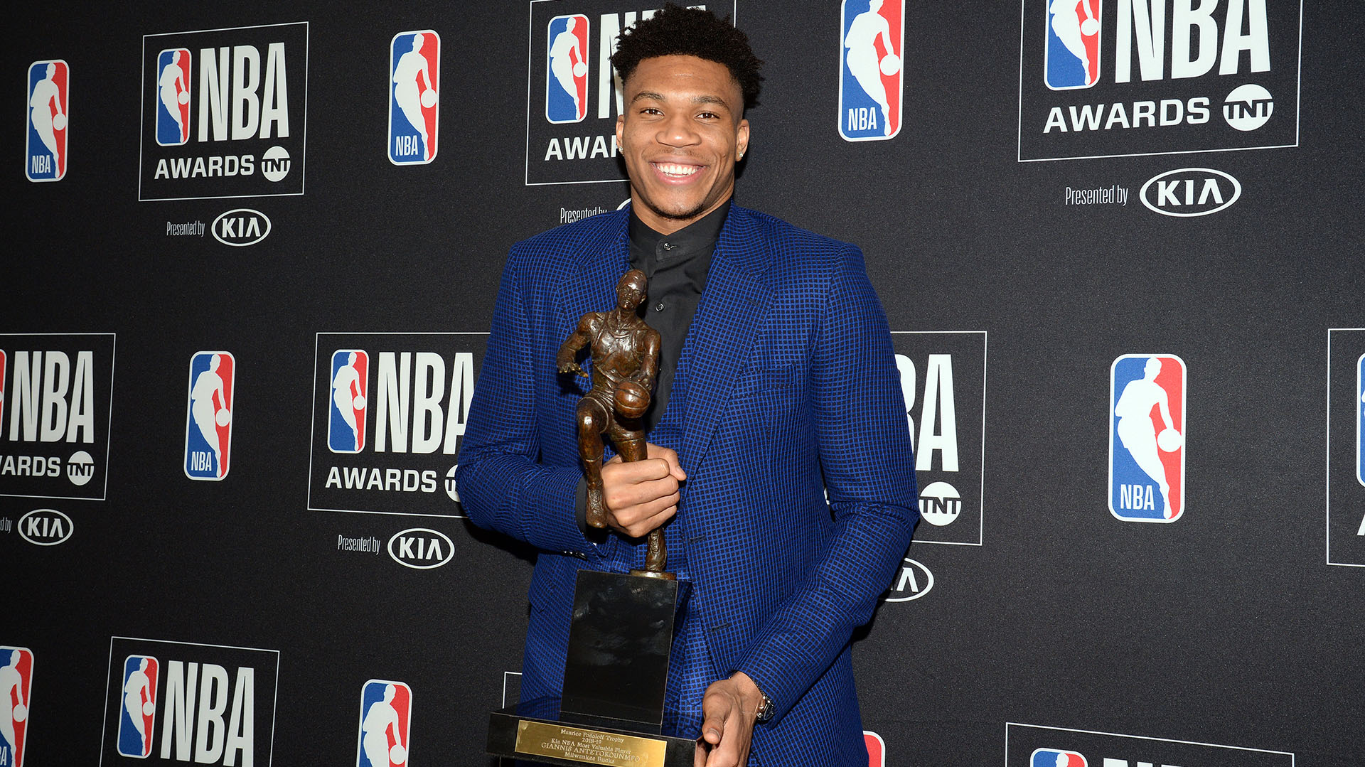 De vendedor ambulante e inmigrante ilegal a MVP de la NBA: el emotivo  discurso de Giannis Antetokounmpo - Infobae