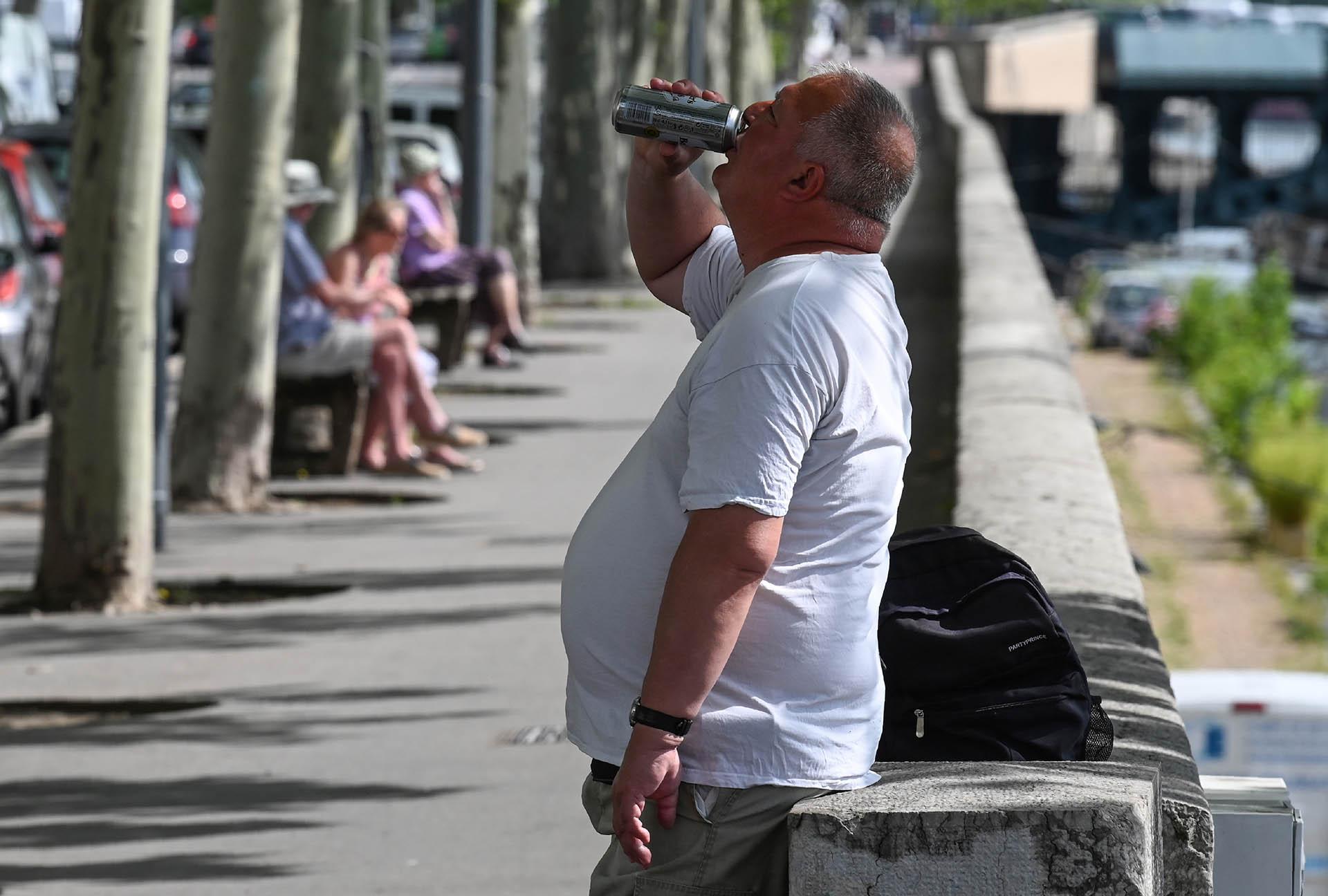 Un hombre toma un refresco en Lyon, Francia (Philippe Desmazes/ AFP)