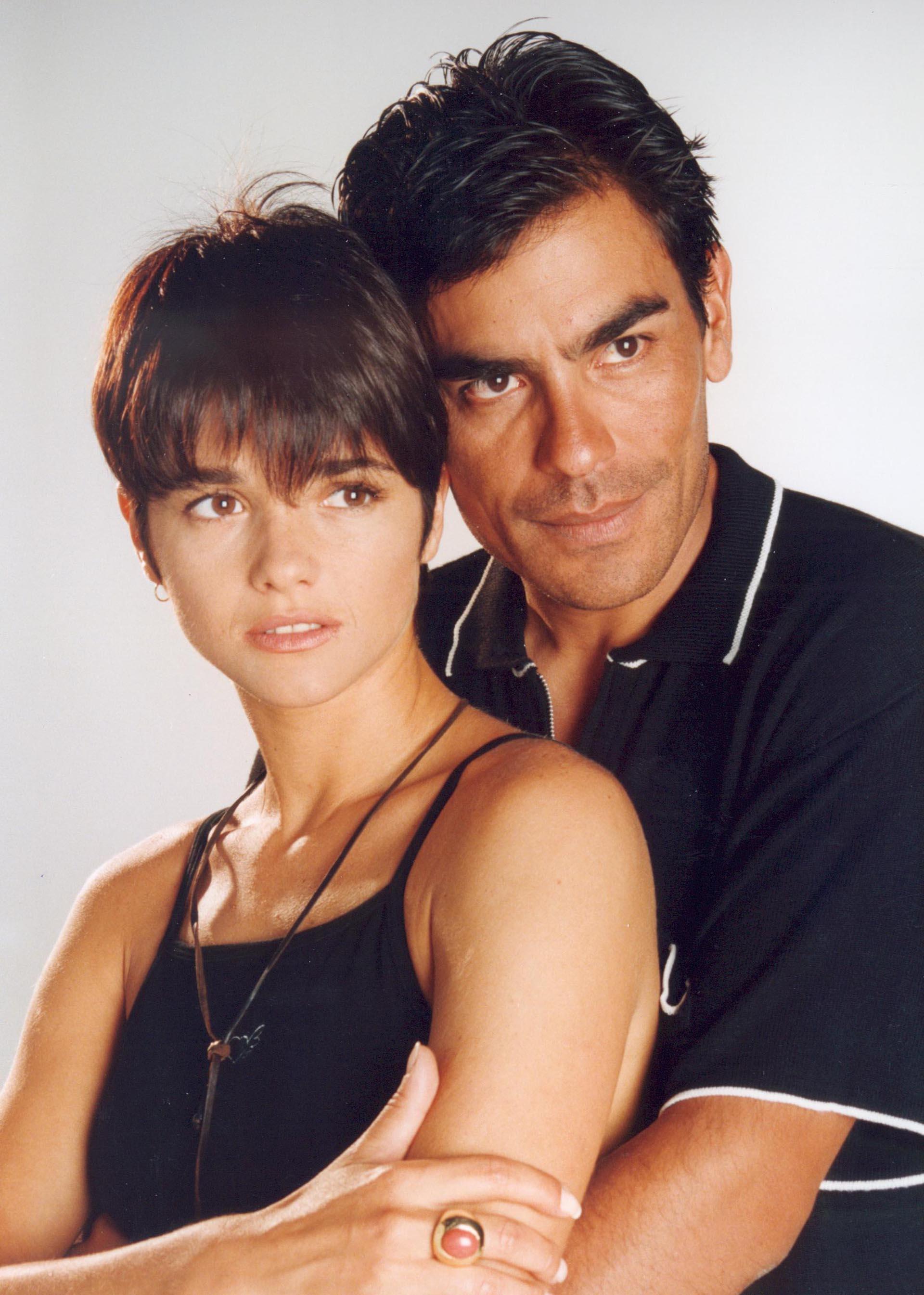 """Araceli González y Juan Palomino protagonizaron """"Carola Casini"""" en 1997. En esta serie la actriz se lució como corredora de autos, que se enamora de un colega también piloto de carreras"""