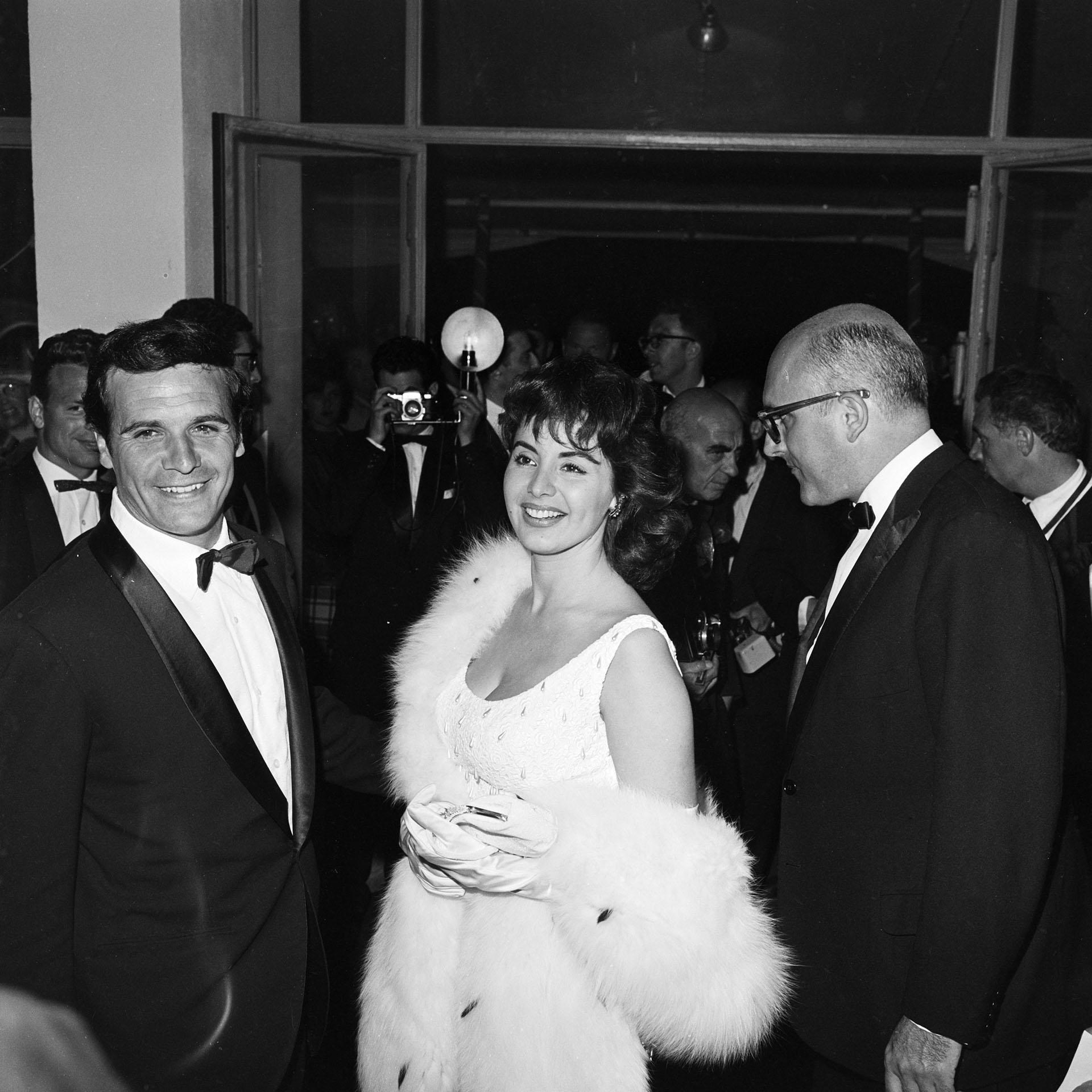 """La Coca junto al entonces galán Francisco Rabal en la edición N°15 del Festival de Cannes. Juntos, protagonizaron """"Setenta veces siete"""" (Grosby)"""
