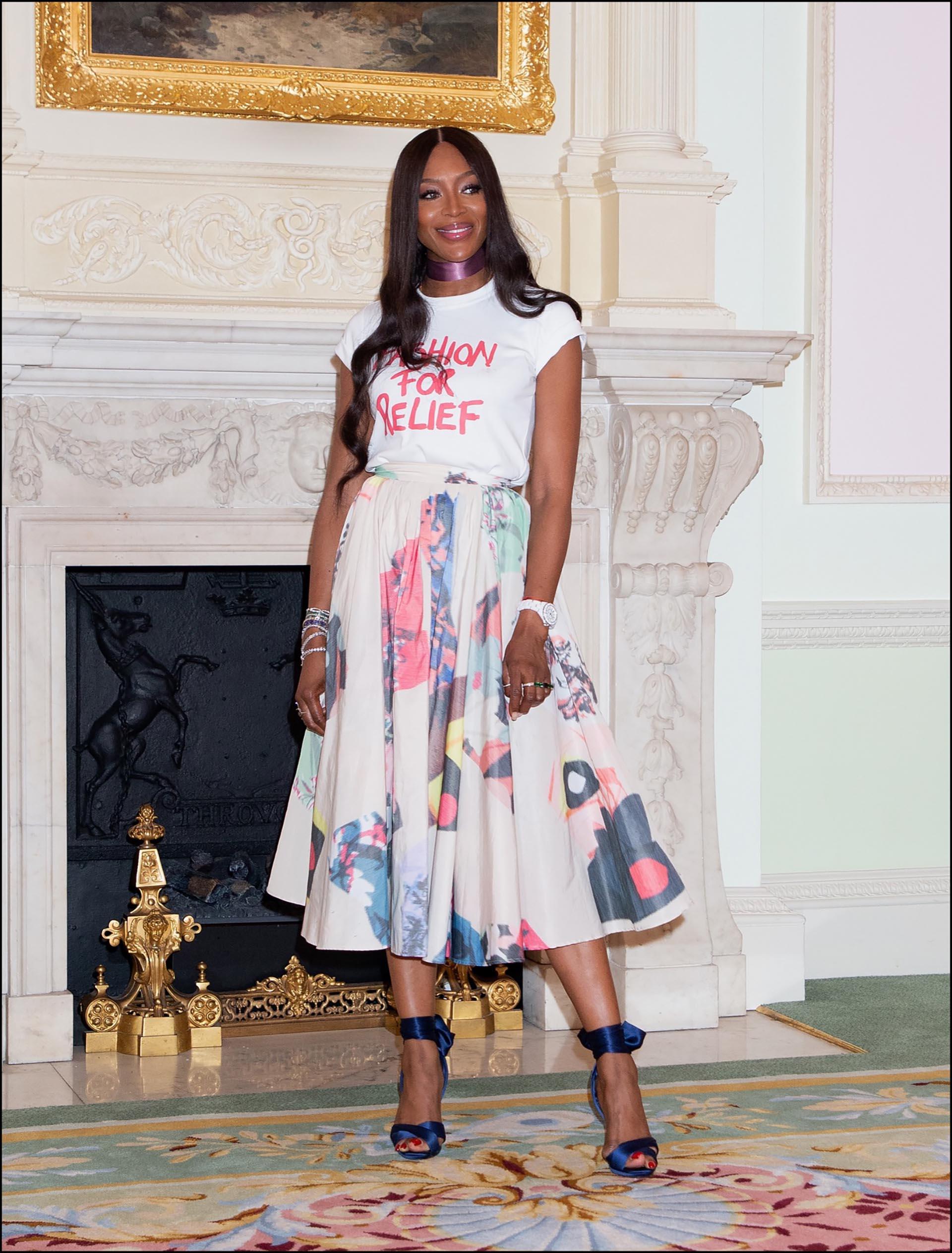 La top model con la remera de Fashion for Relief.
