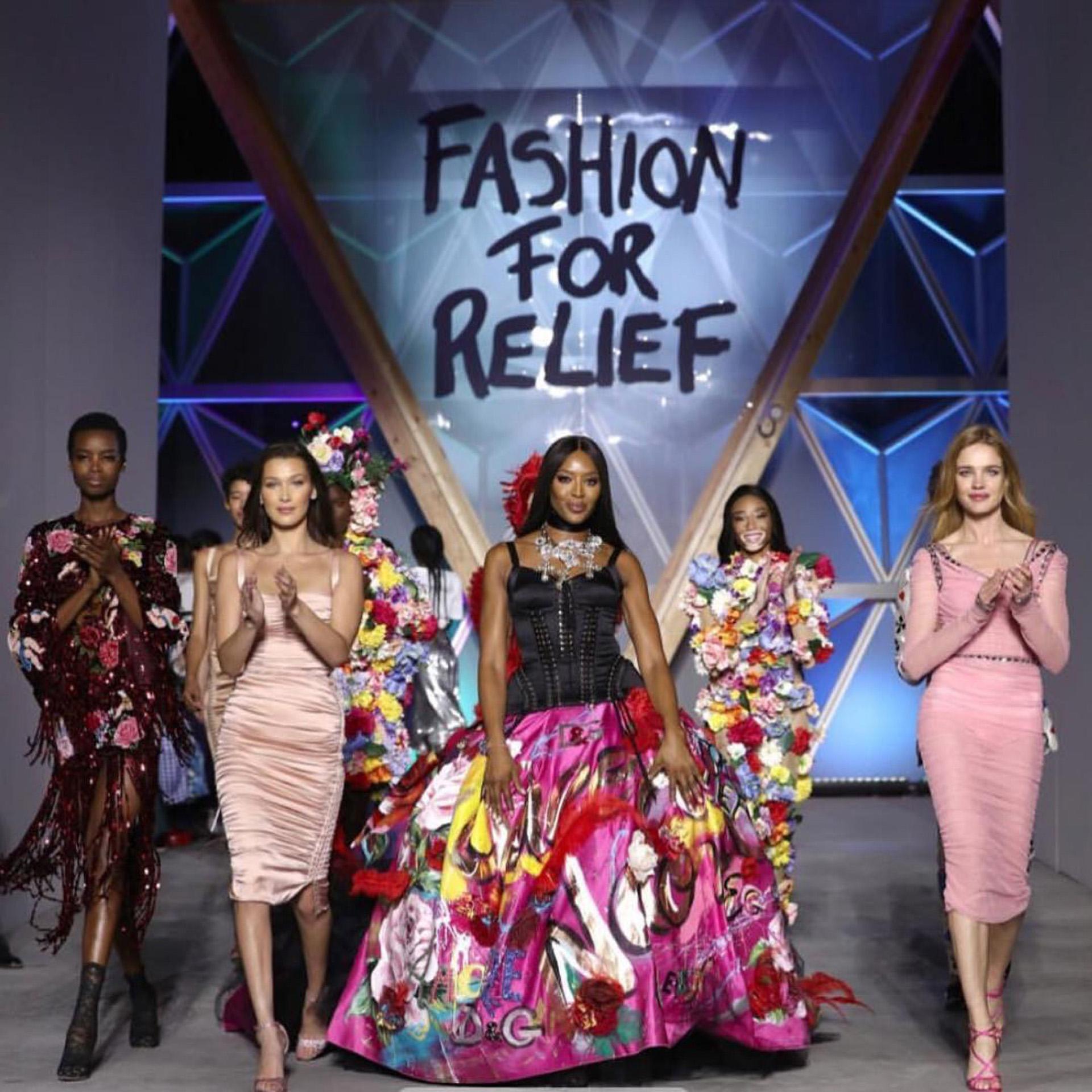 Uno de los desfiles que Naomi realizó para Fashion for Relief.