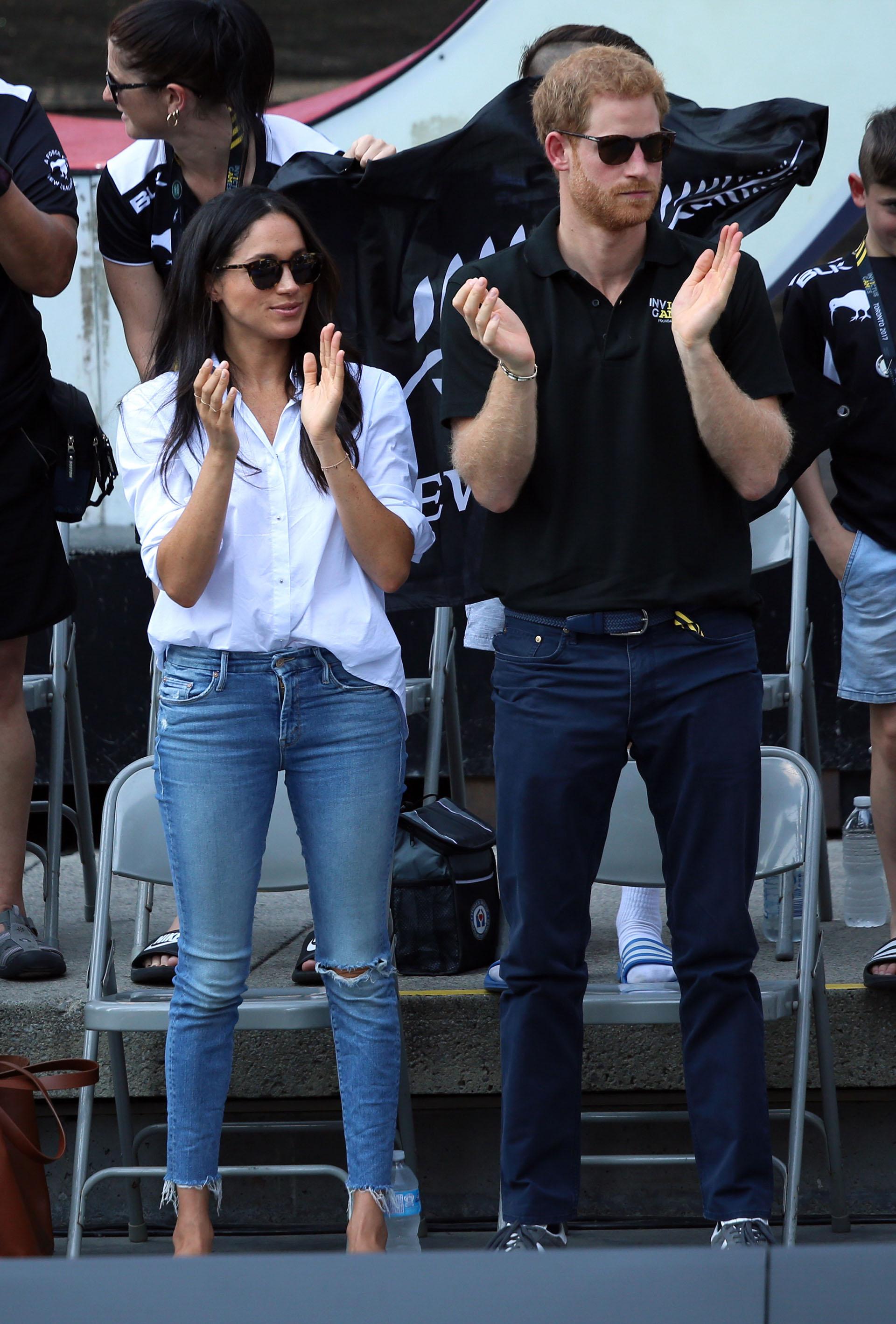 Casi tan pronto como el príncipe Harry y Meghan Markle comenzaron a salir, Meghan empezó a hacer grandes cambios en su vestuario. Si bien lució jeans rotos en sus primeras presentaciones públicas, de a poco fue abandonándolos