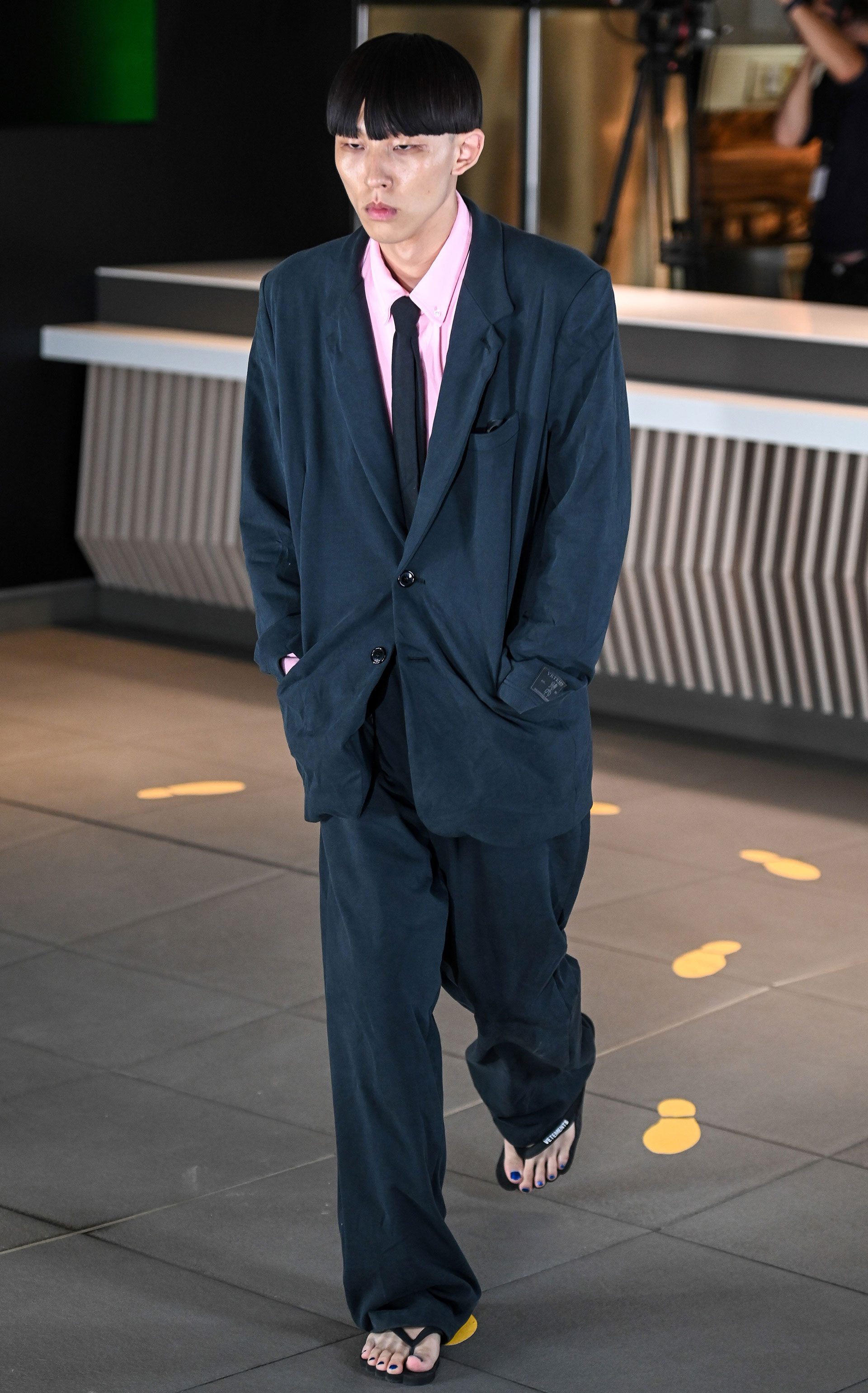 Como todas las colecciones de hombres Vetements también presentó sastrería. Oversized en color azul petróleo combinado con ojotas con camisa rosa y slim tie fueron parte de la propuesta de la firma