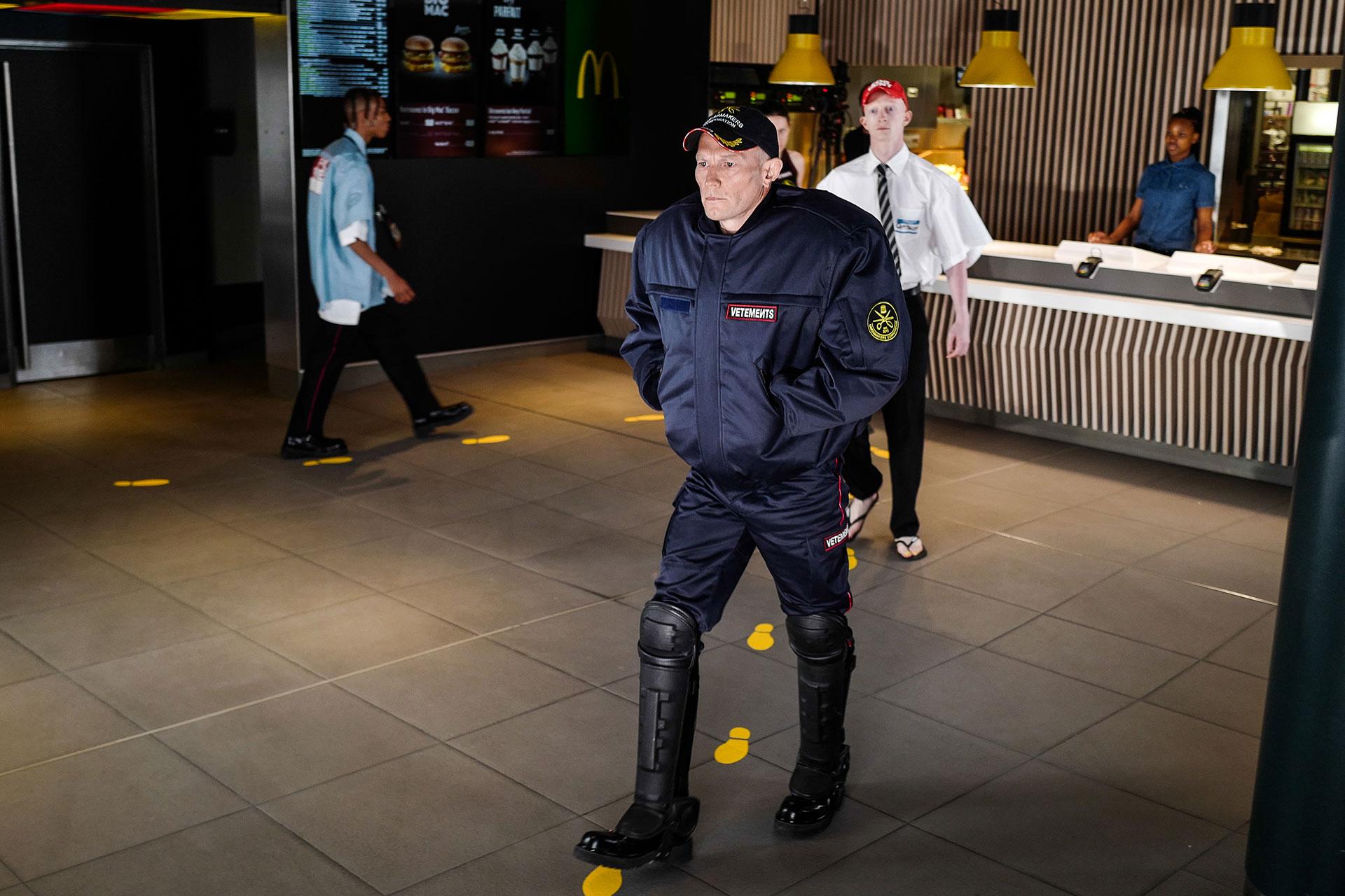 Con su propuesta de locación en una casa de comidas rápidas, Vetements, presentó su colección de hombres con sastrería, denims, conjuntos deportivos y calzado extravagante