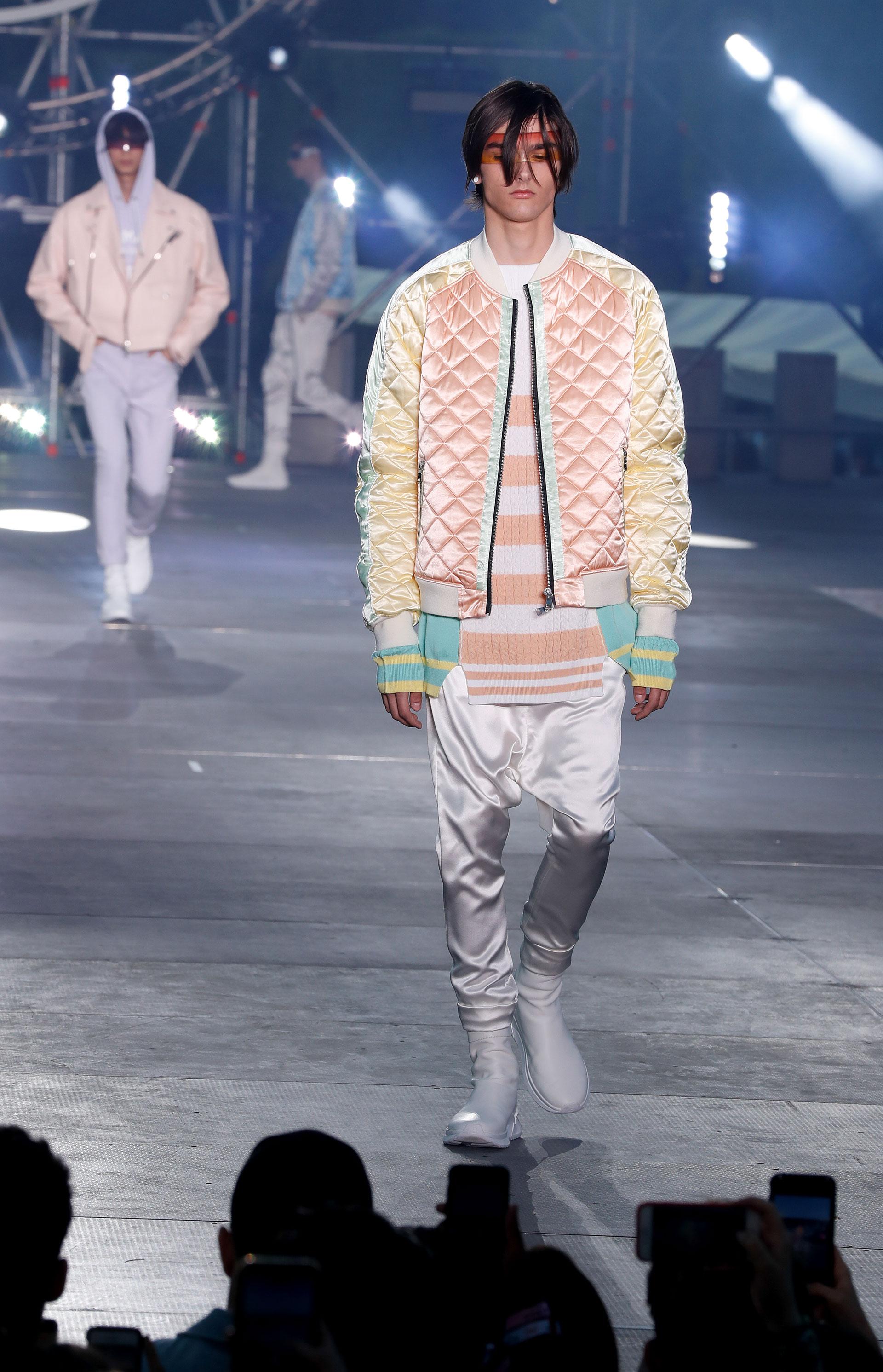 Una propuesta chic y fashionista para el hombre moderno. Babuchas en satén y bomber combinada en amarillo, rosa y aguamarina