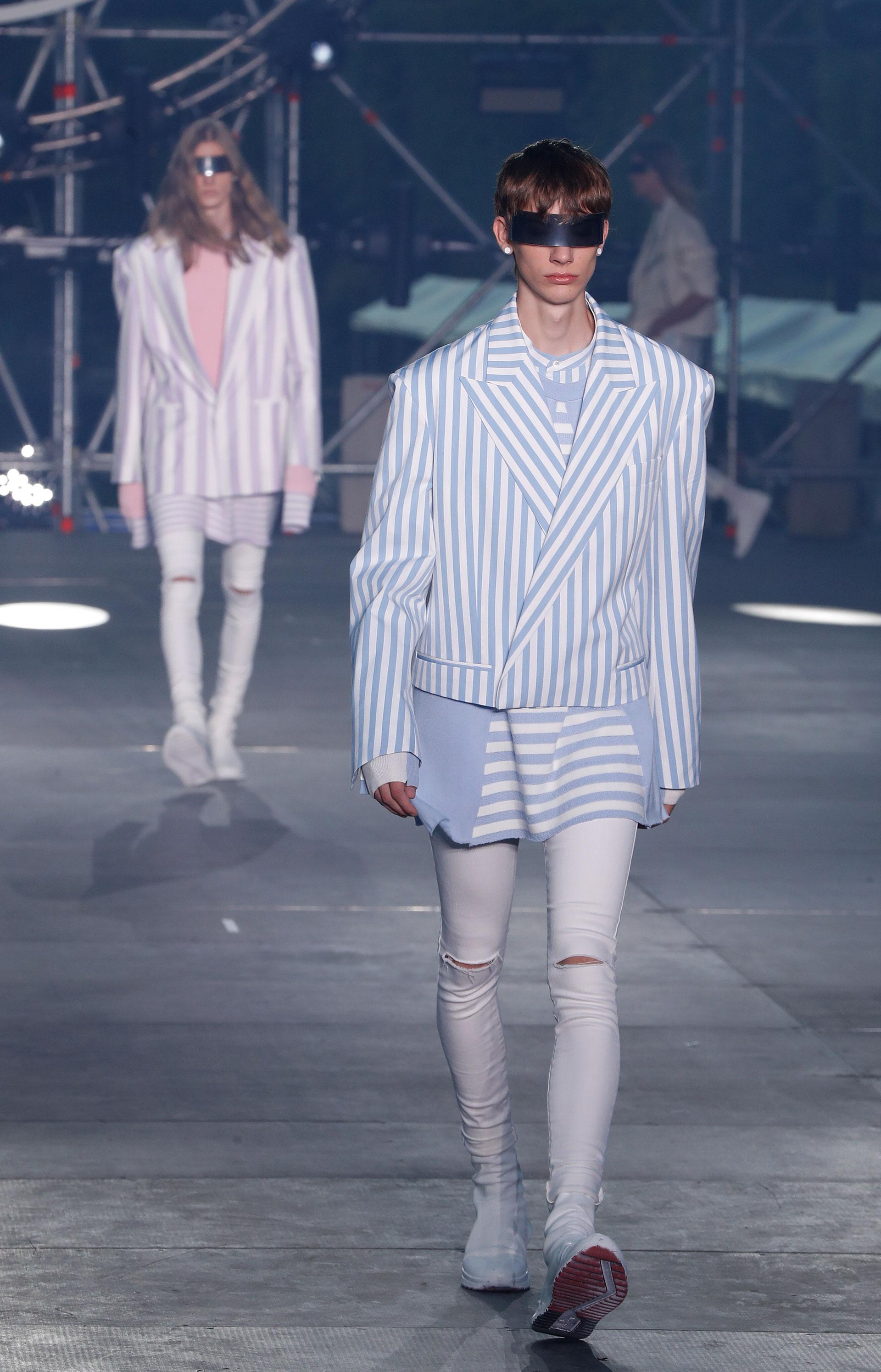 Los colores pasteles fueron los principales protagonistas de la firma parisina Balmain. Sacos rayados combinados con pantalones de jeans blancos fueron la tendencia presentada en el marco de la semana de la moda de hombres