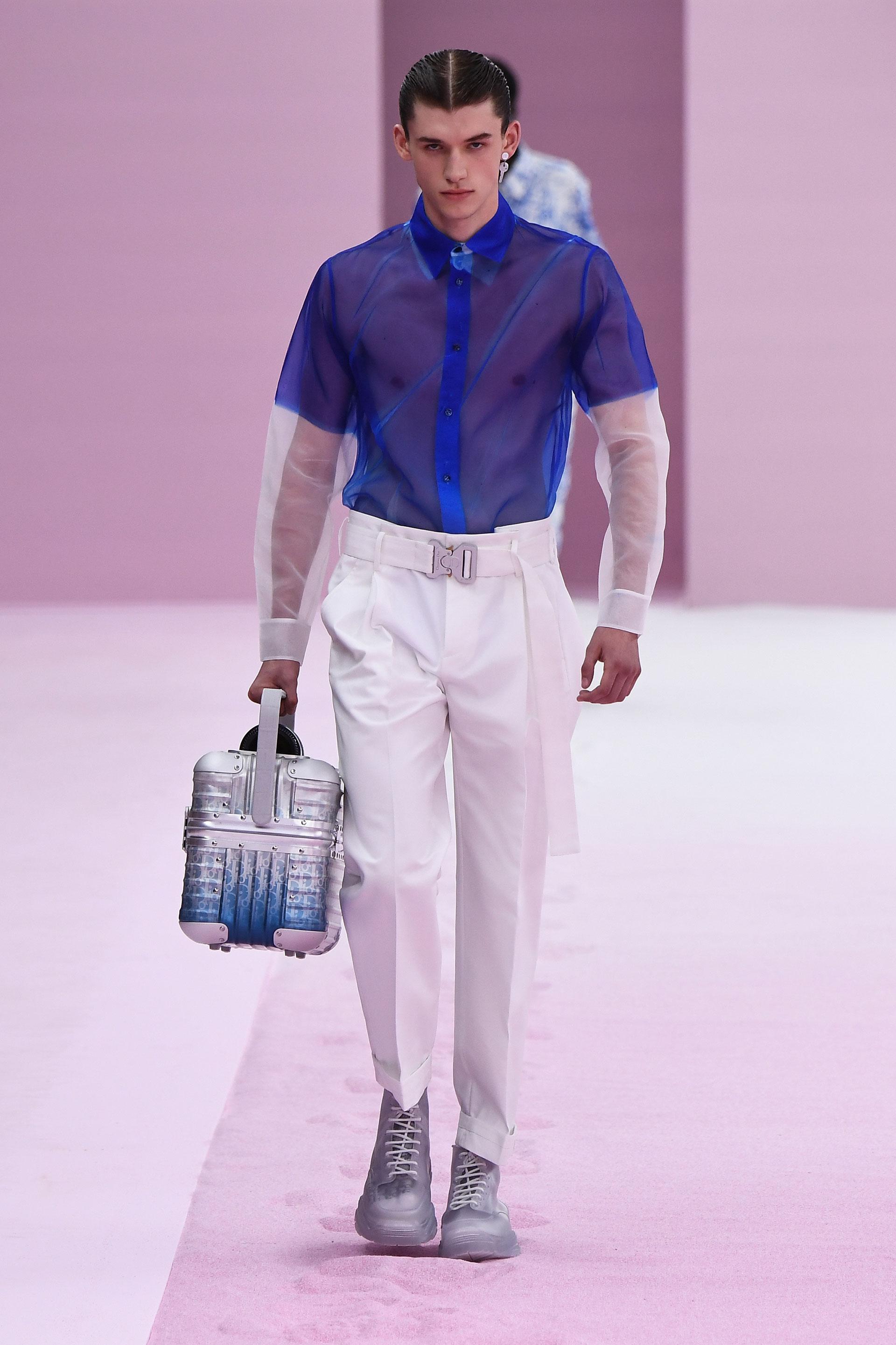 Dior homme presentó su colección primavera verano 2020 con una explosión de color en rosa, blanco empolvados, azules y grises como principales protagonistas en esta nueva temporada. La sastrería de organza