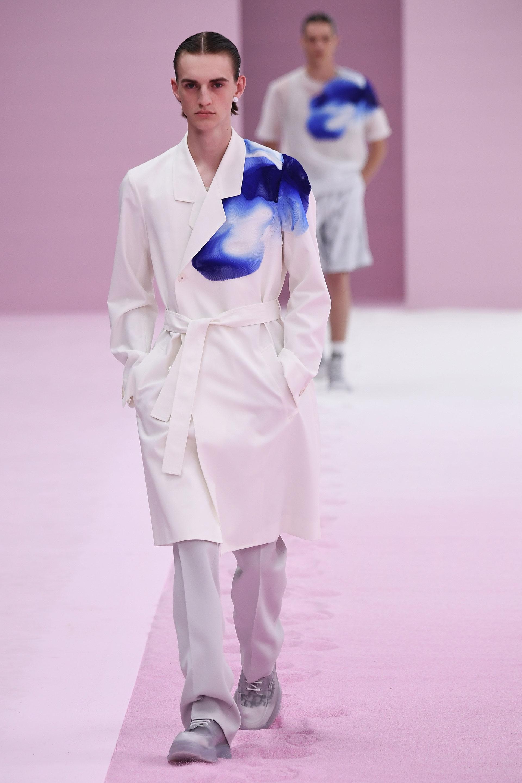Siluetas fluidas, formas flexibles, con prendas elegantes y cortes únicos que marcan la diferencia de la marca francesa. Los nuevos estampados de la maison son abstractos en tonalidades azul y blanco
