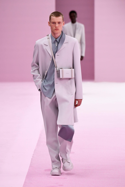 Los accesorios son infaltables para la colección masculina. Bandoleras rígidas, collares con el logotipo de la marca y aros en plateado para acompañar la impecable sastrería en las telas satinadas presentadas por Dior en su primavera-verano 2020