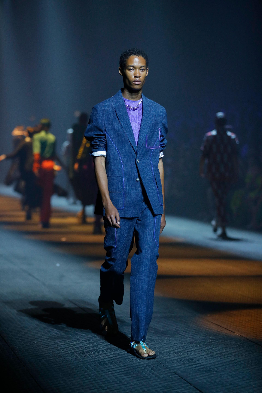 Sastrería en lino by Kenzo combinada con ojotas y remera, la propuesta del japonés para la semana de la moda en París de hombres