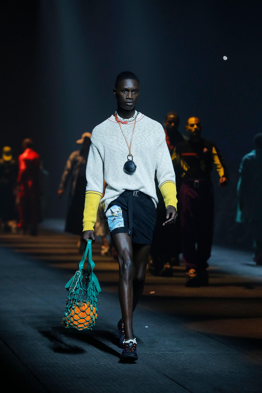 Sweaters bicolor para el verano europeo. Shorts de algodón y las carteras de red como tendencia para la nueva colección