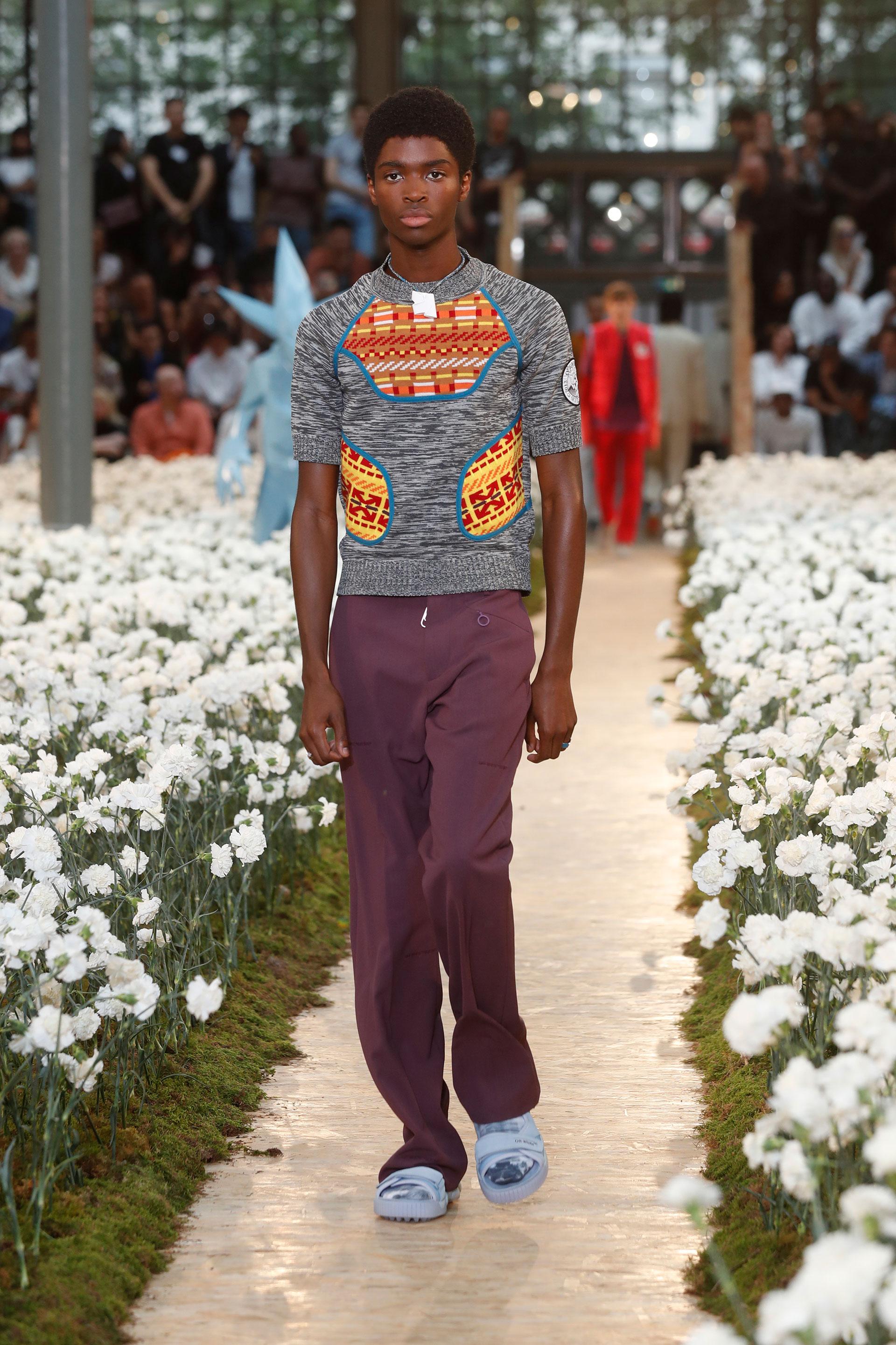 El sweater remera es tendencia para Off-White en verano. Los pantalones sastreros también lo son en color magenta, y las sandalias se usan con medias