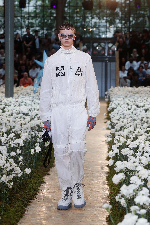 Off-White presentó un mameluco blanco con botas de calzado incluidos en el extravagante look. Para completarlo, unos guantes bicolor