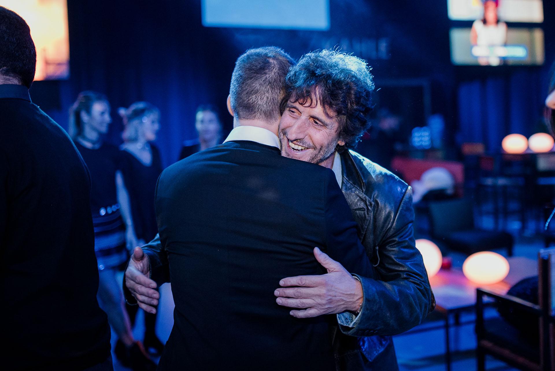 El abrazo entre Diego Peretti y Adrián Suar