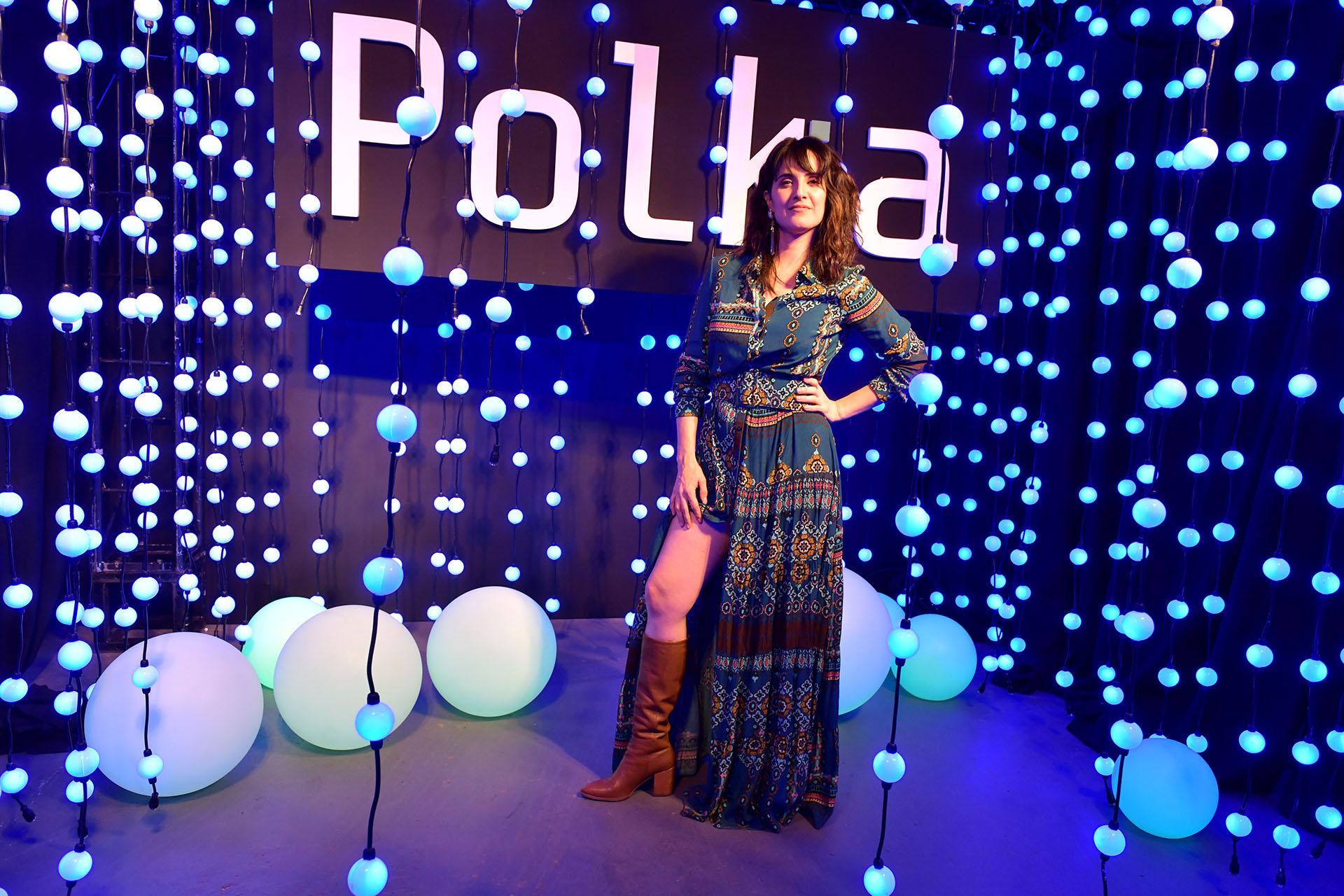 """Julieta Díaz posó con el fondo de Polka. En el festejo, se dio a conocer el nuevo logo de la productora que unifica ambas partes (""""Pol"""" y """"Ka"""") formando una sola palabra y dejando de lado el guion"""