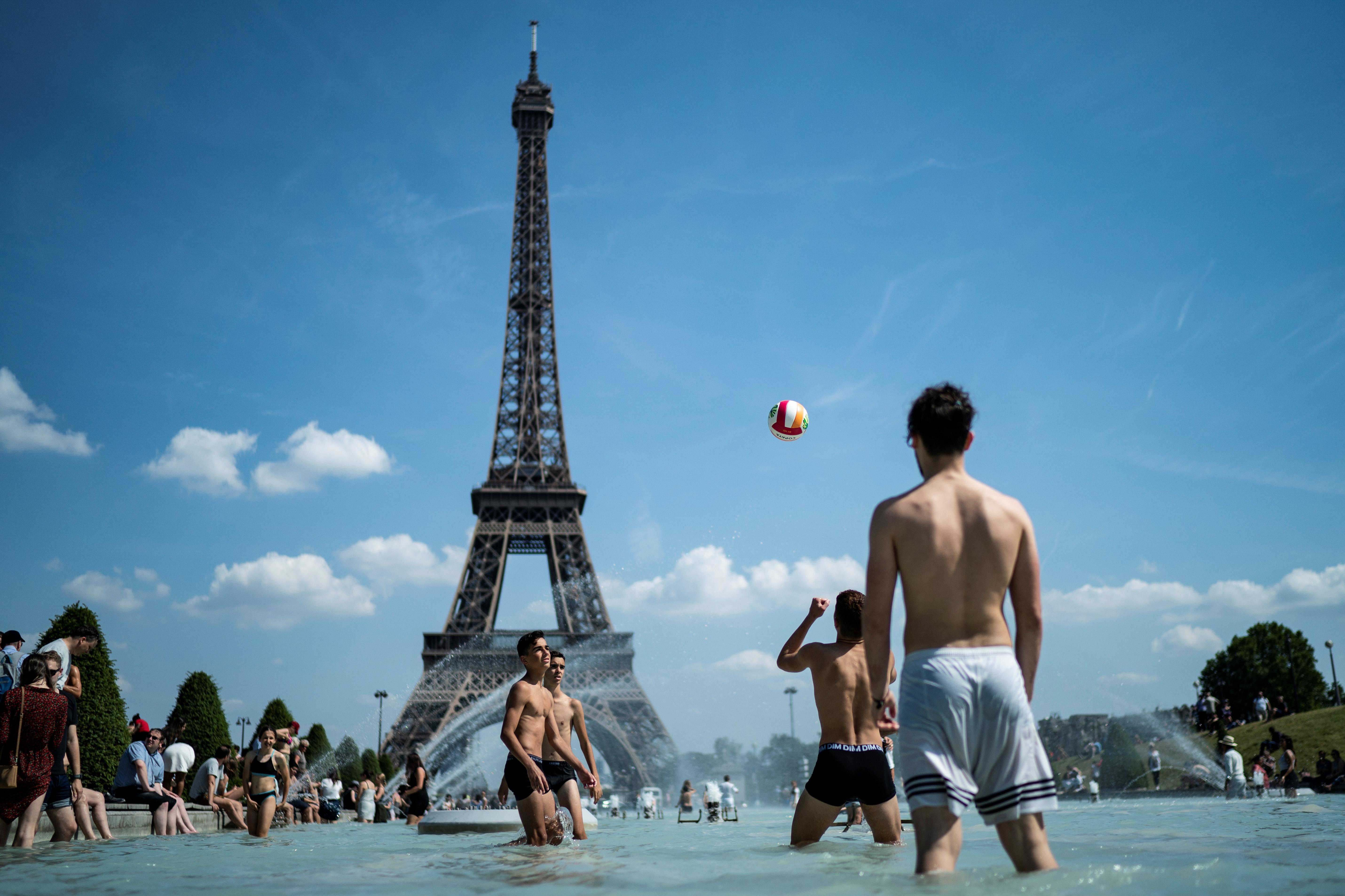 La gente juega vóley en los Jardines de Trocadero, en París (Kenzo Tribouillard/ AFP)