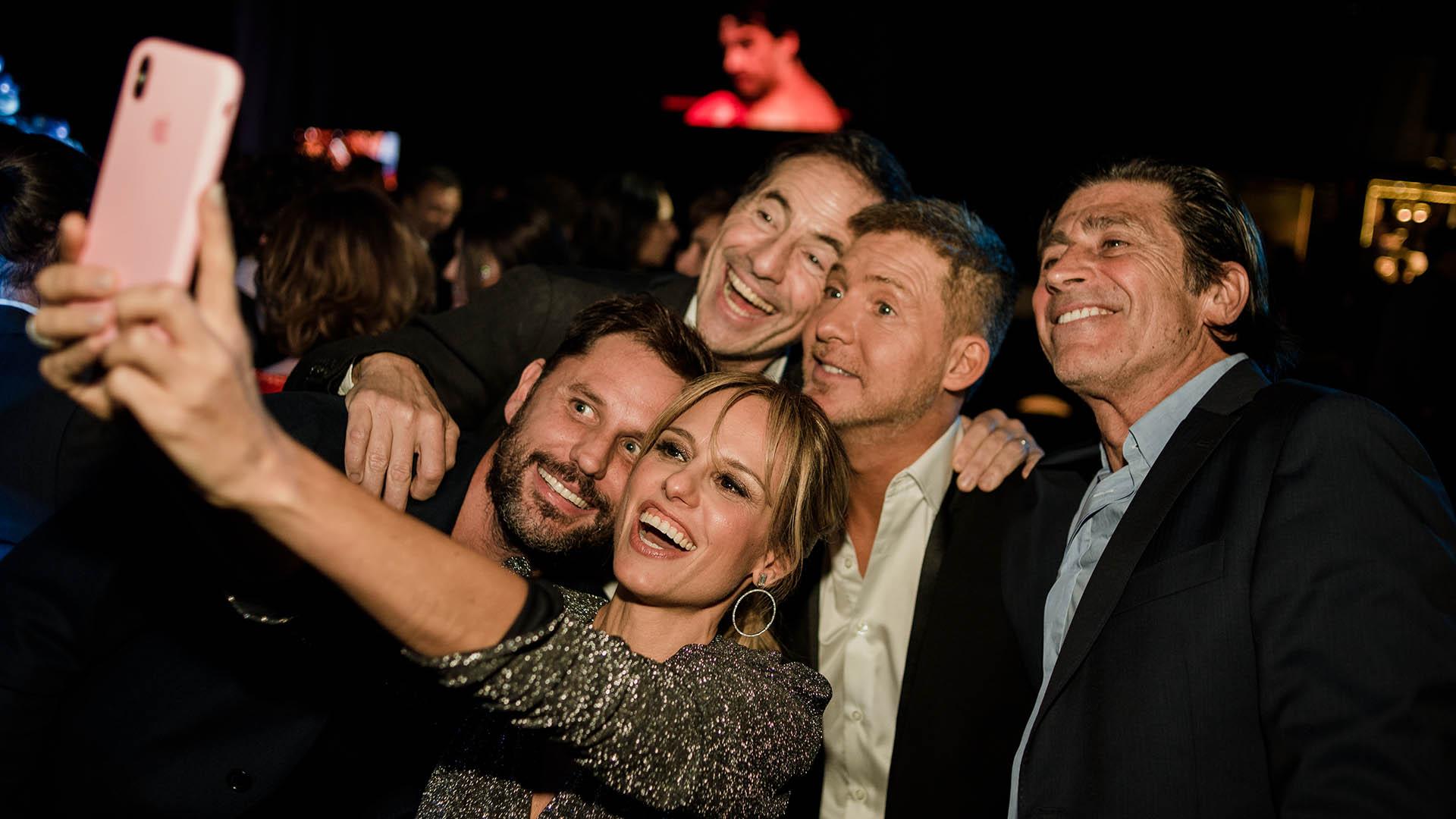 Mariana Fabianni saca una selfie con sus colegas