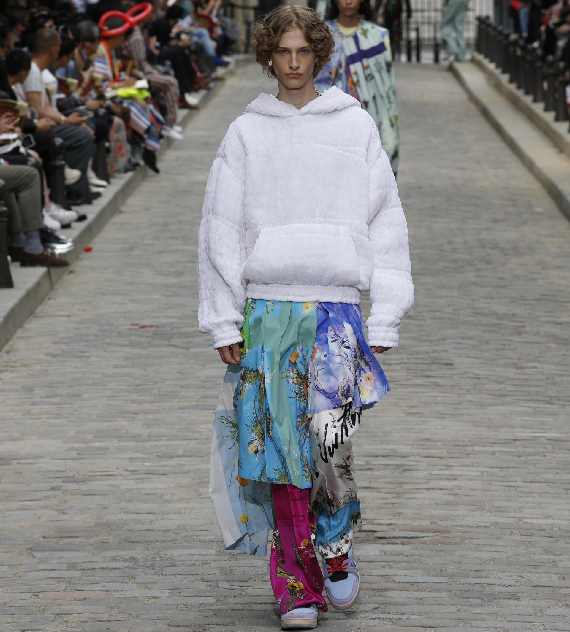 Para la colección de Louis Vuitton Primavera-Verano 2020, el director artístico de los hombres, Virgil Abloh, alienta el instinto, lo habitual y lo natural. Las flores, el elemento básico de la moda.