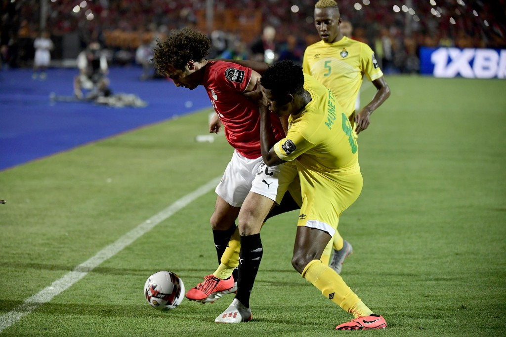 Zimbabwe's midfielder Marshall Munetsi (R) fights for the ball with Egypt's midfielder Amr Warda during the 2019 Africa Cup of Nations (CAN) football match between Egypt and Zimbabwe at Cairo International Stadium on June 21, 2019. (Photo by JAVIER SORIANO / AFP)