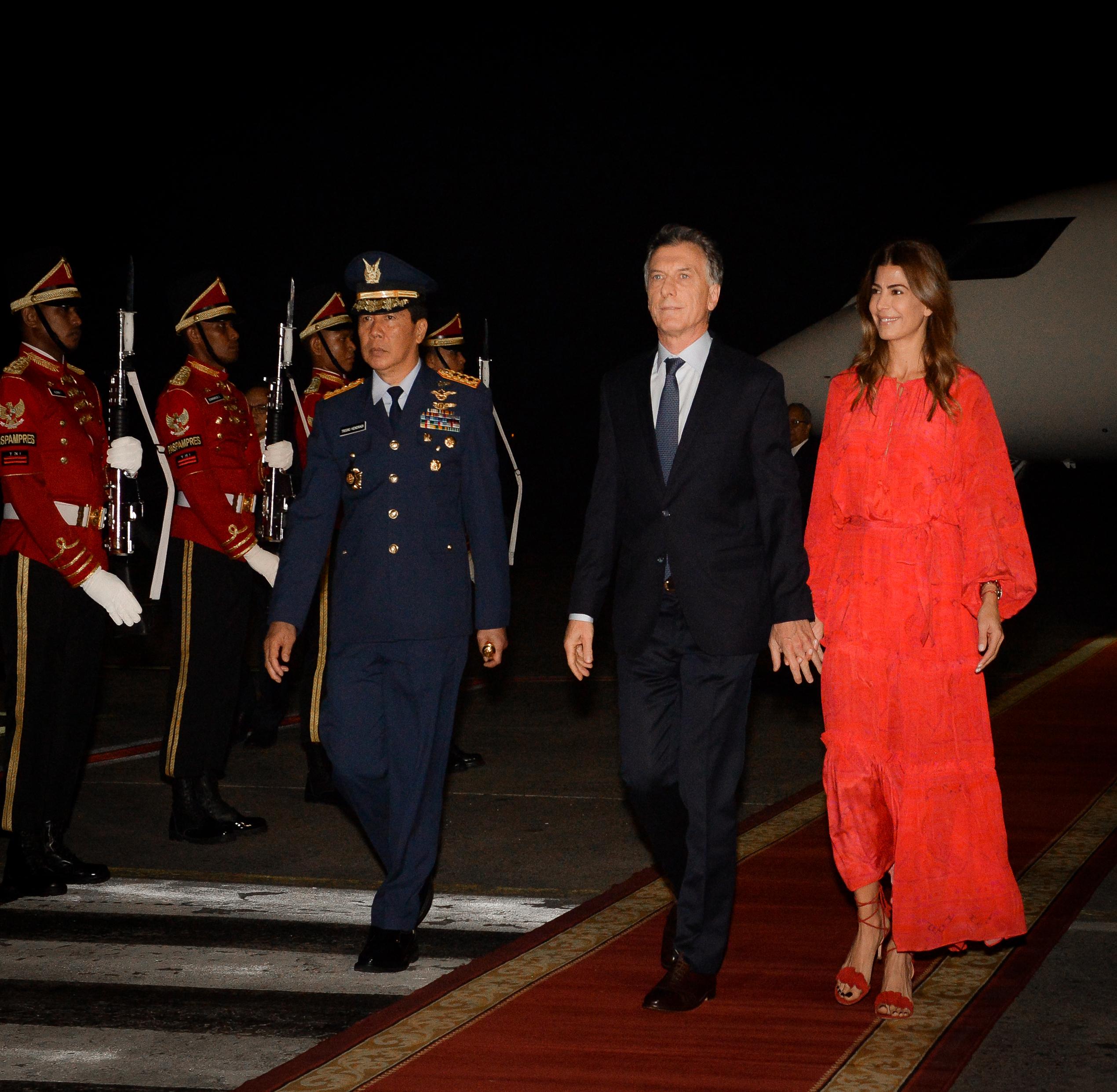 Al bajar del avión en Indonesia, Juliana eligió un maxivestido rojo y volvió a brillar con su elección (Fotos: Presidencia)