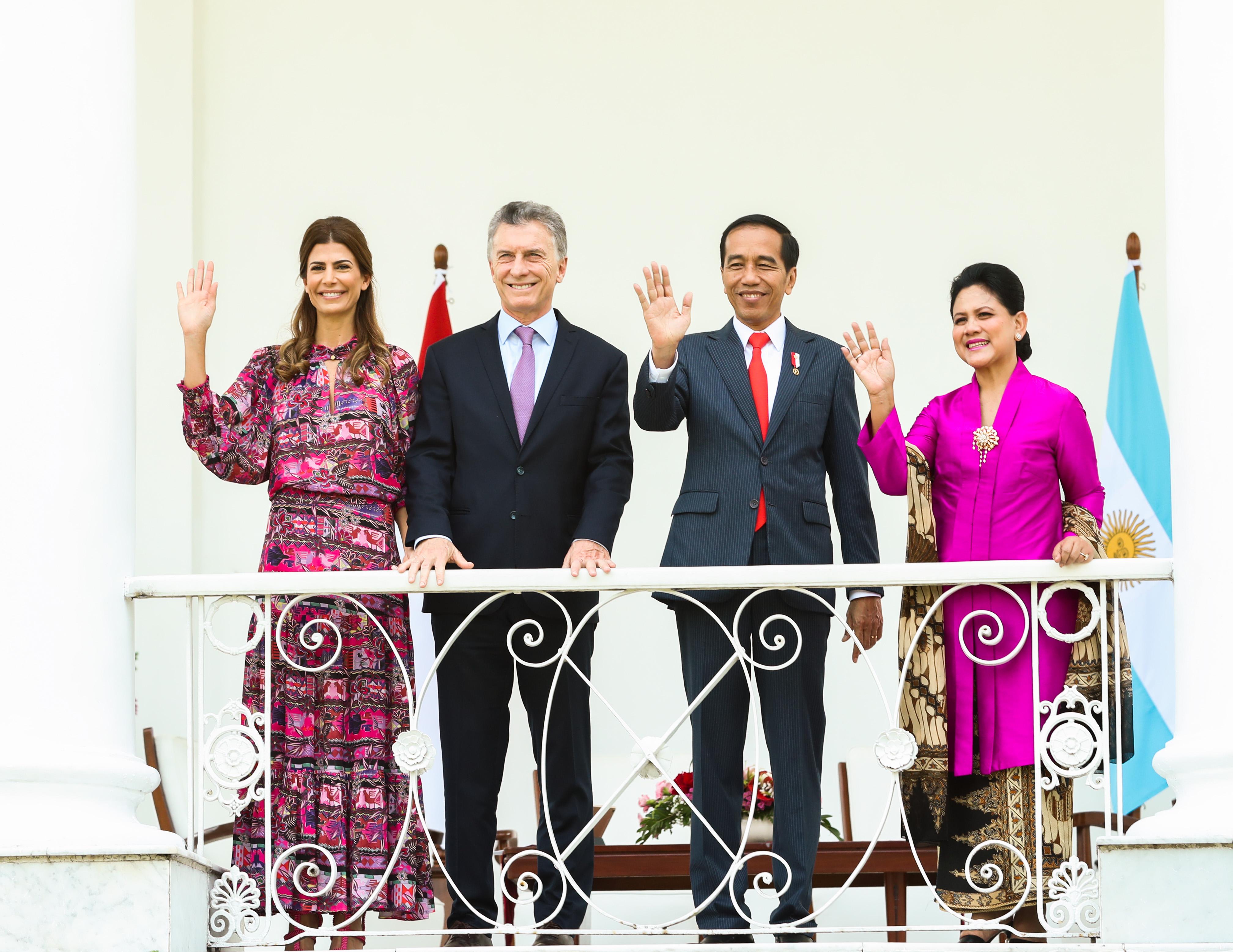 Previo al viaje a Japón, la pareja presidencial hizo escala en Indonesia: allí fueron recibidos por el matrimonio presidencial Joko Widodo y la Primera Dama, Iriana Joko Widodo