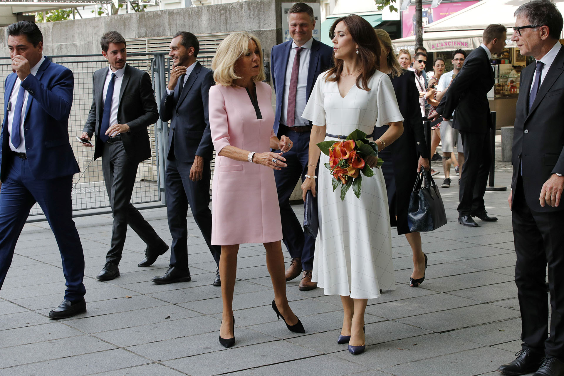 Por su parte, la princesa de 47 años eligió cubrir sus rodillas, con un vestido blanco con delicadas líneas finas, con falda midi y un cinturón que marcaba su figura