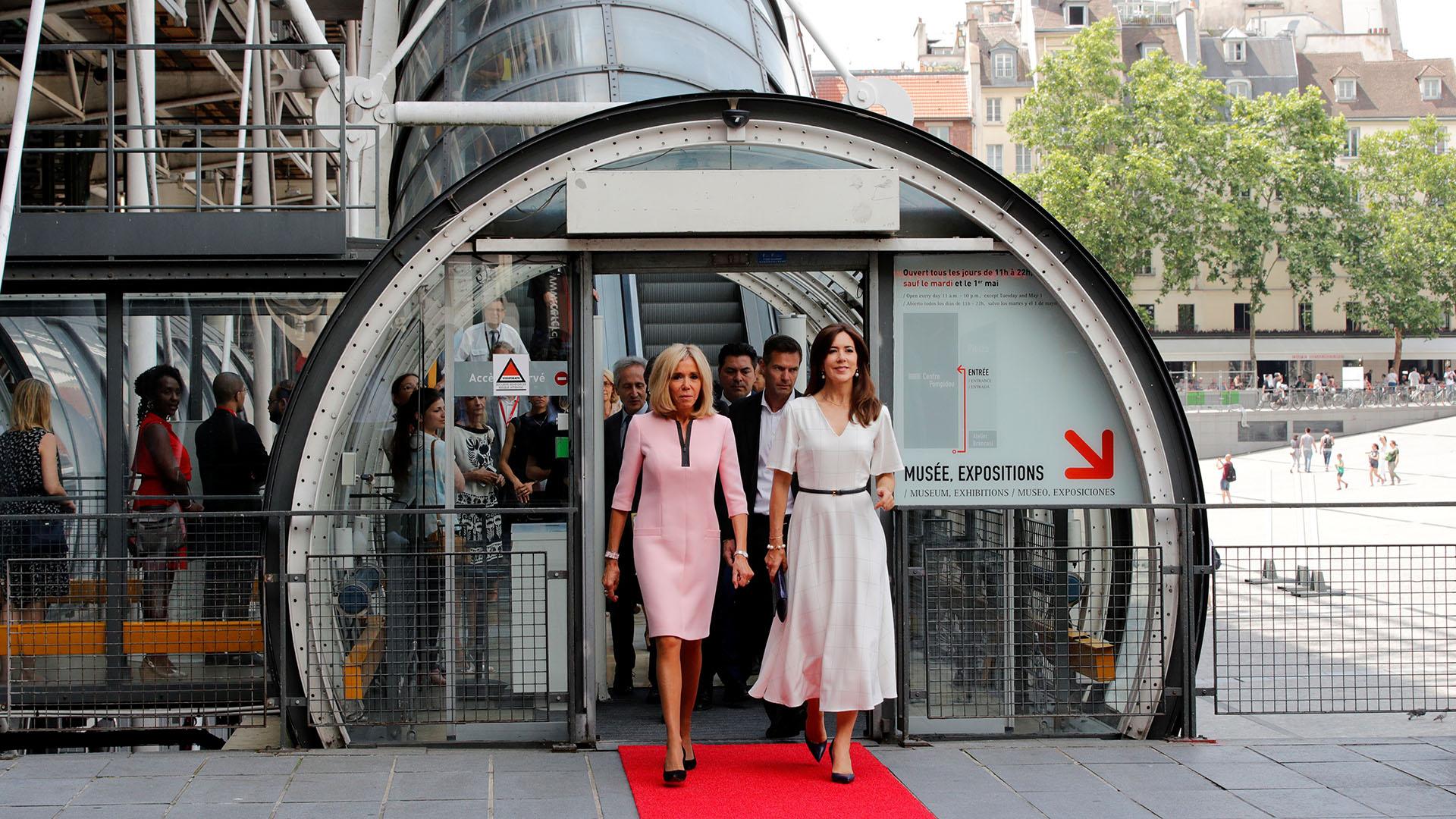 La mujer del presidente de Francia, Brigitte Macron, junto a la princesa Mary de Dinamarca -esposa del príncipe heredero Federico de Dinamarca- en una visita al museo de arte moderno Georges Pompidou, en París