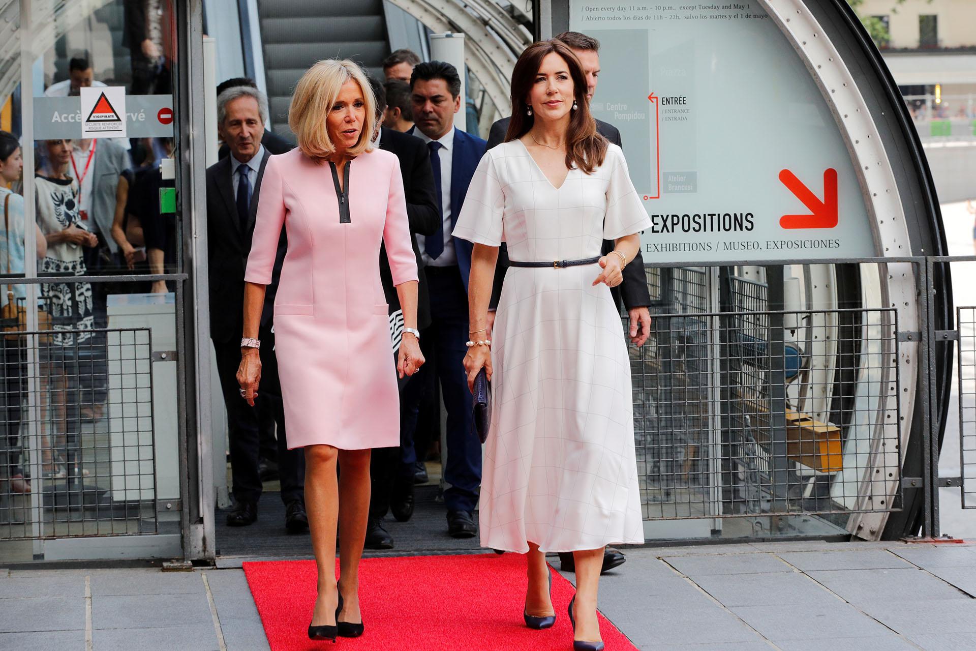 La mujer de Emanuel Macron se decantó por un vestido rosa a la rodilla, con un pequeño escote de cierre combinado con negro