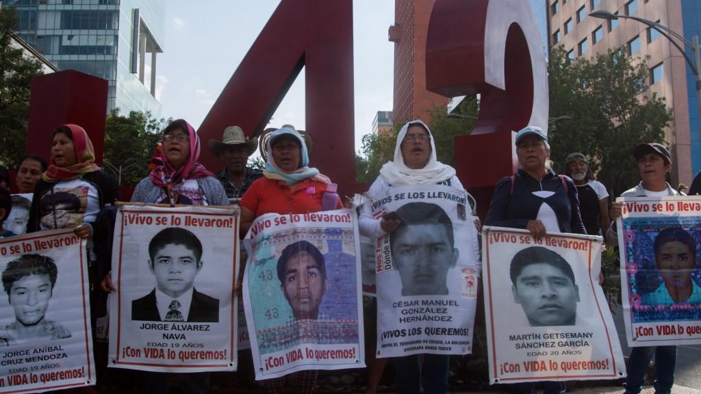 CIUDAD DE MÉXICO, 26MAYO2019.- A 56 meses de la desaparición forzada de los 43 normalistas de Ayotzinapa, padres de familia, normalistas e integrantes de la sociedad civil marcharon del Ángel de la Independencia al Hemiciclo a Juárez para exigir justicia y el esclarecimiento de los hechos. Los inconformes exigieron a la actual administración la designación de un fiscal que de seguimiento al caso, pues argumentan que en los seis meses de gobierno morenista sólo se han dado largas a las pesquisas. FOTO: GALO CAÑAS /CUARTOSCURO.COM