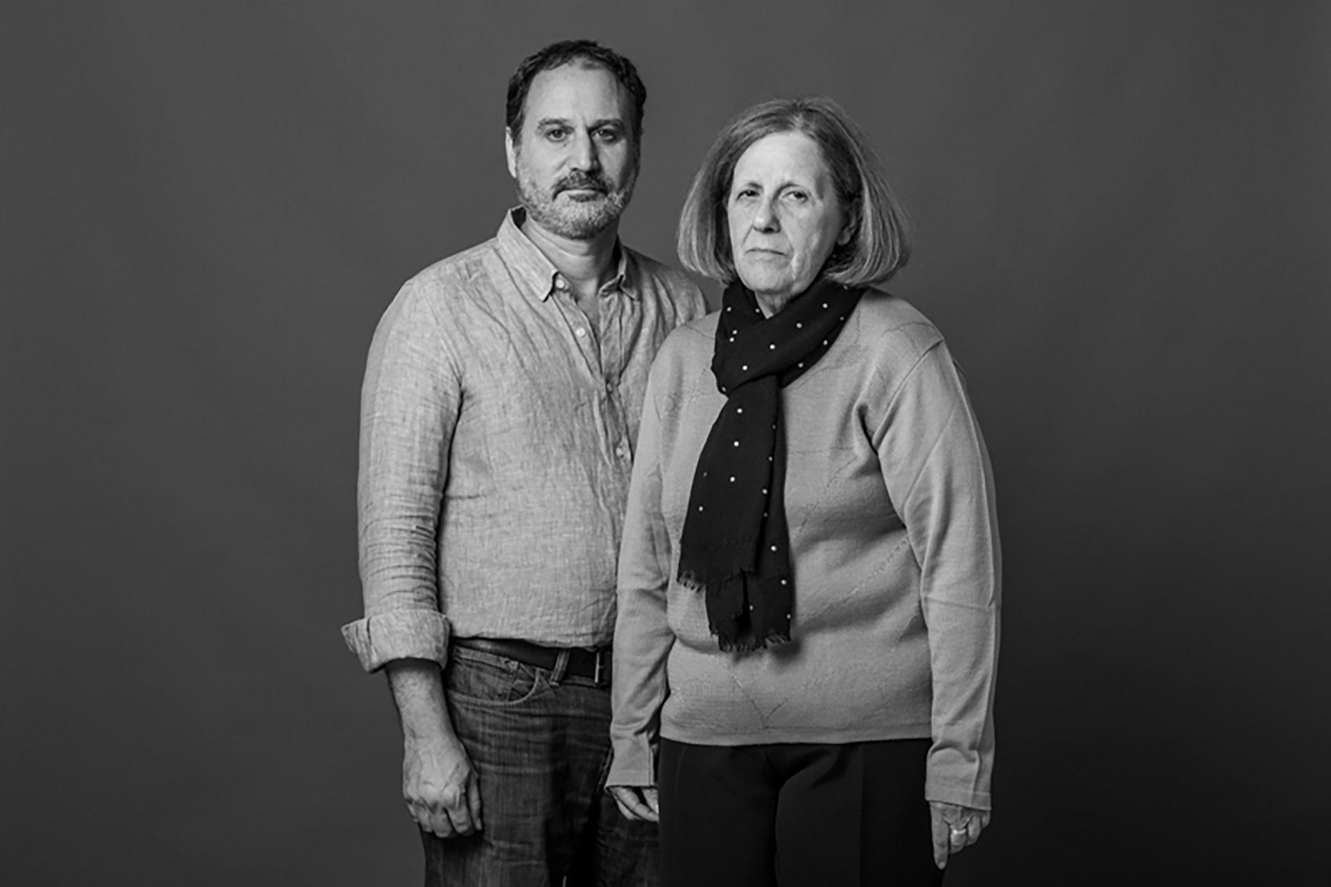 Dora Band y Adrián Furman. Ambos trabajaban en la AMIA cuando ocurrió el atentado. Ambos perdieron a dos seres muy queridos: Dora a Naum, su esposo, que estaba en la parte de vigilancia; y Adrián a Fabián, su hermano, que trabajaba en el departamento de sepelios