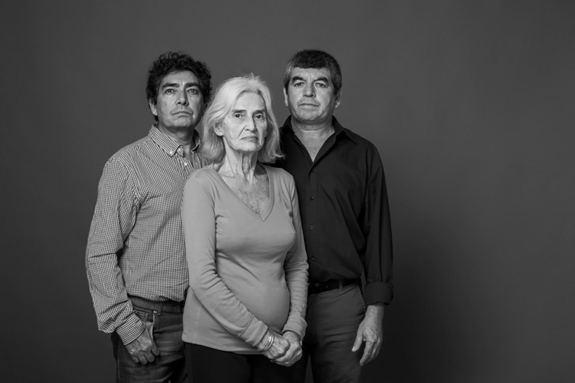Ana María Czyzewski y Gustavo y Ángel Antúnez. Ana María es la mamá de Paola Czyzewski, que tenía 21 años cuando murió en el atentado a la AMIA. Estaba en uno de los ascensores del edificio: bajaba a buscar un café que le traía Jorge Antúnez, de 18 años, que trabajaba de mozo en el bar de la esquina. Gustavo y Ángel son sus tíos, la única familia que tenía en Buenos Aires