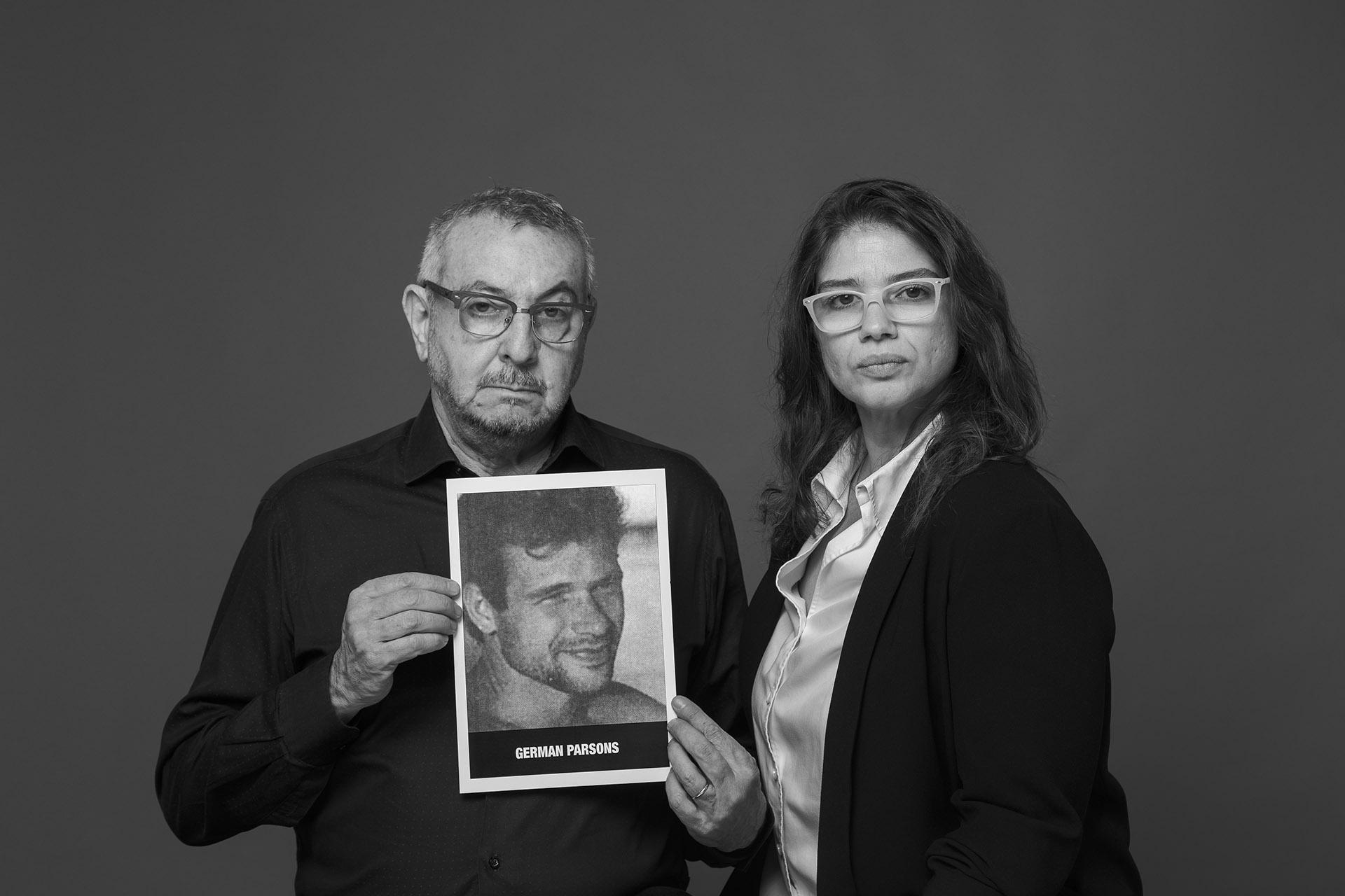 Julio Menajovsky y Lía Parsons. El fotógrafo cuenta una historia en primera persona. Una de sus fotos fue la tapa de los diarios al día siguiente y se volvió icónica. Enesa imagen se veía a Germán, una de las víctimas fatales y hermano de Lía, que era llevado en una camilla